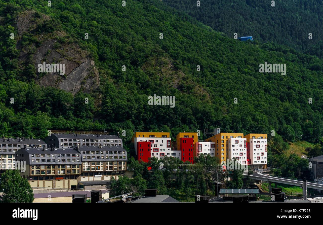Andorra la Vella, Andorra tag Blick auf die Gebäude durch den Berg ...