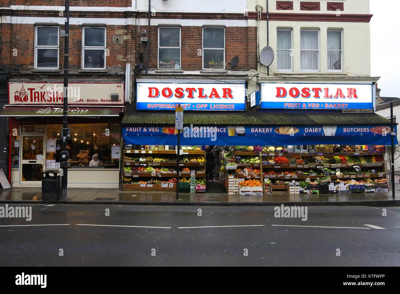Harringay. North London. UK 25. Dez 2017 - Dostlar, Obst & Gemüse ...