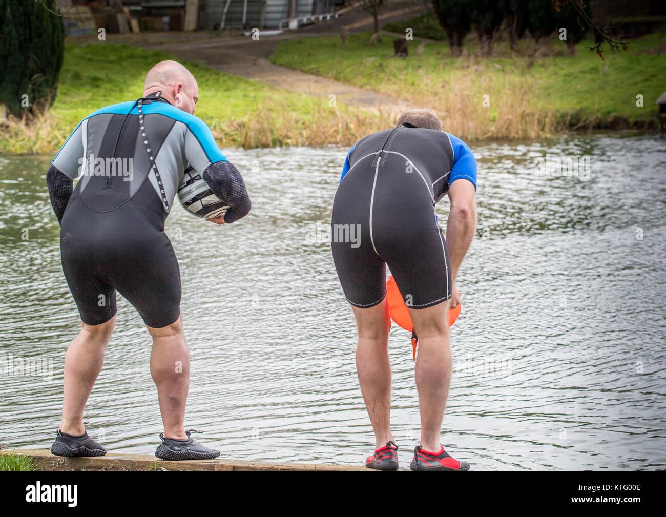 Fluss Nene, Archena, 25. Dezember 2017. Zwei Männer in der Hälfte Neopren nassen Kleider und mit schwimmhilfen Stockbild
