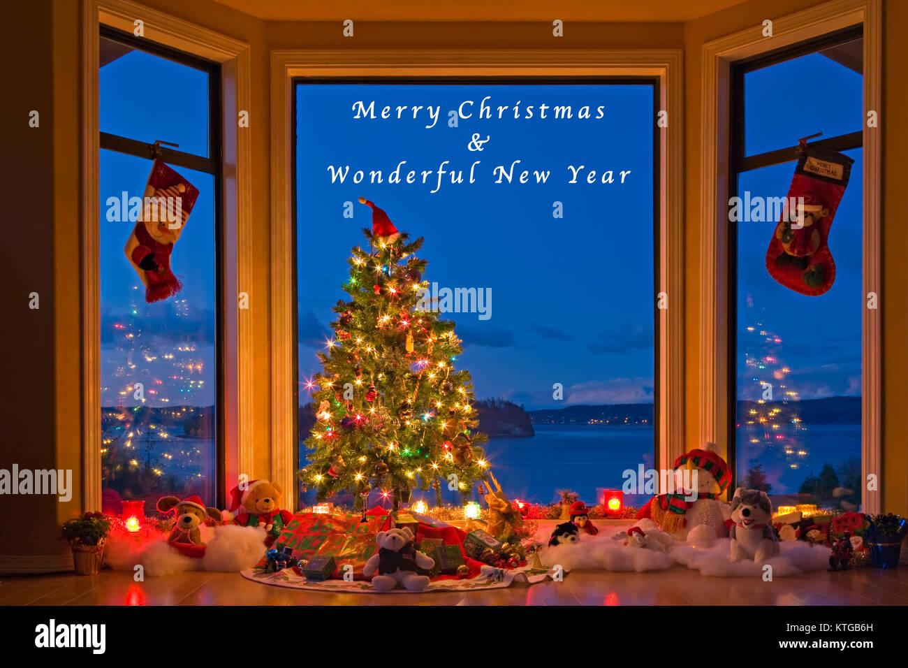 Weihnachtsbaum mit Lichter, Dekorationen und Geschenke in einem Fenster in der Abenddämmerung, die Künstler Stockbild