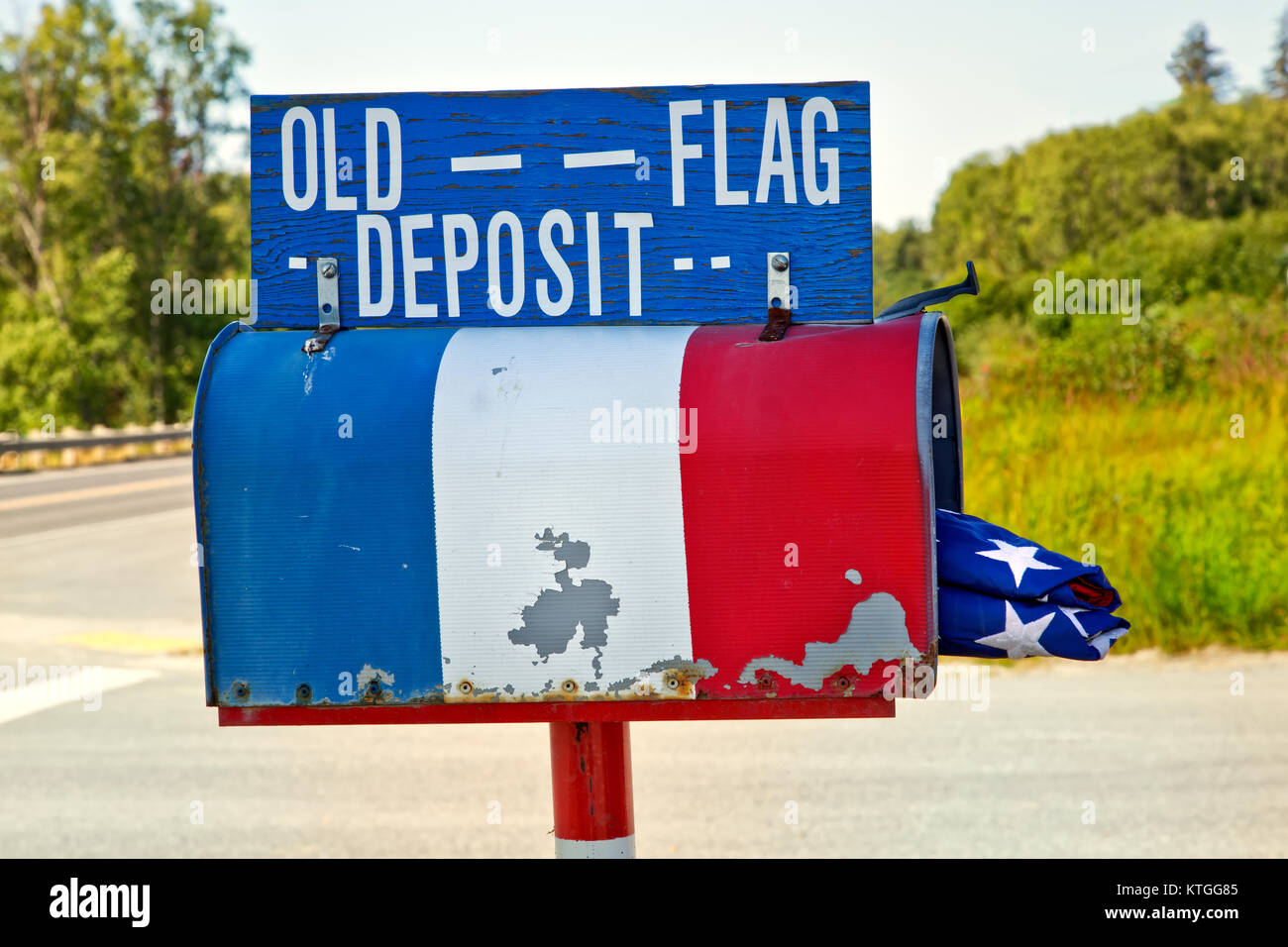 Ländliche Mailbox mit gefalteten Alte amerikanische Flagge. Stockbild