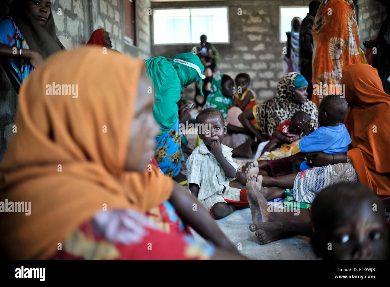 An einer Klinik an Jazeera Trainingslager am 6. April, Patienten kommen auf eine freie medizinische Klinik, um die Stockbild