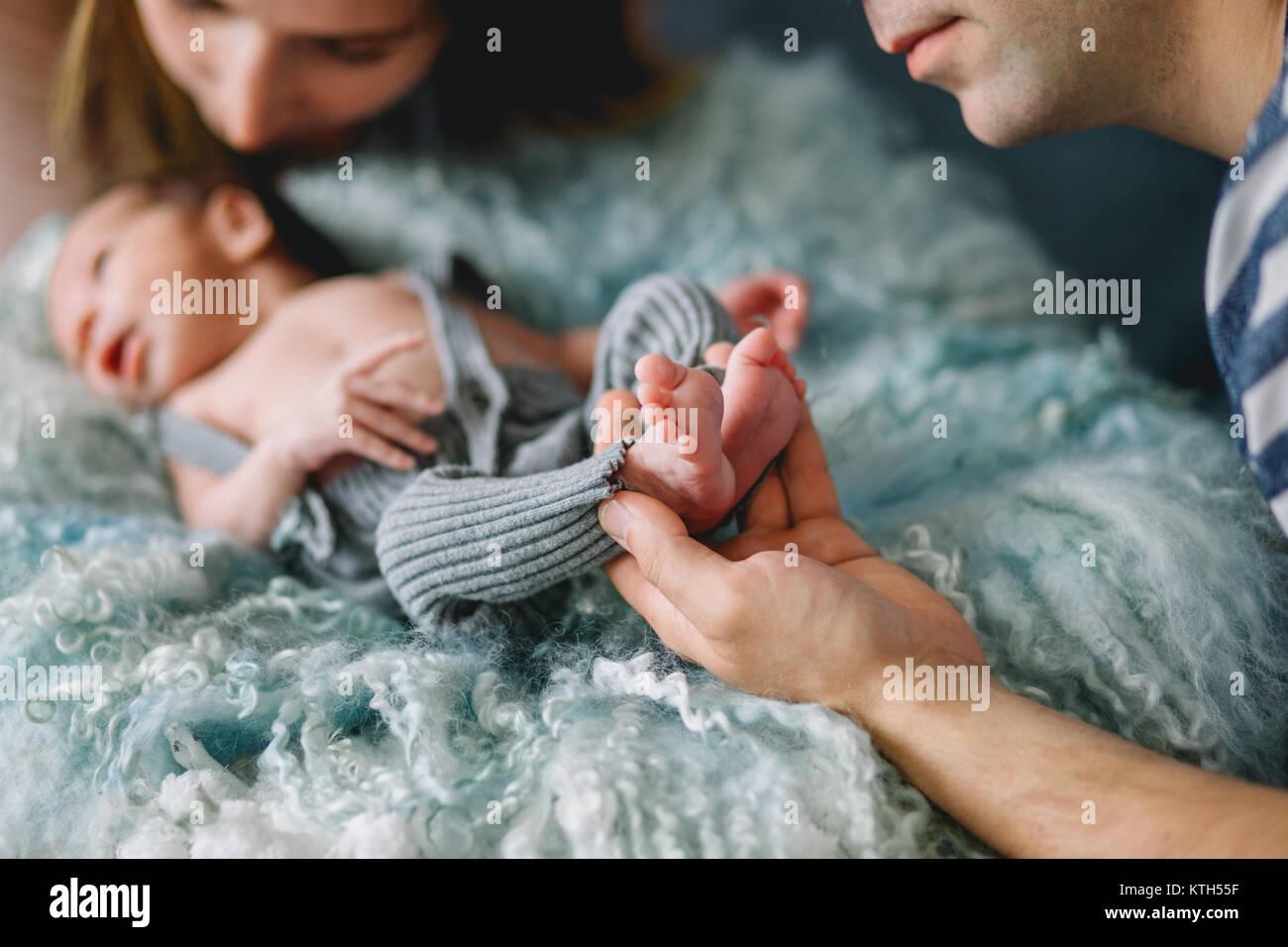 Glückliche Eltern mit neugeborenen Babys Stockbild