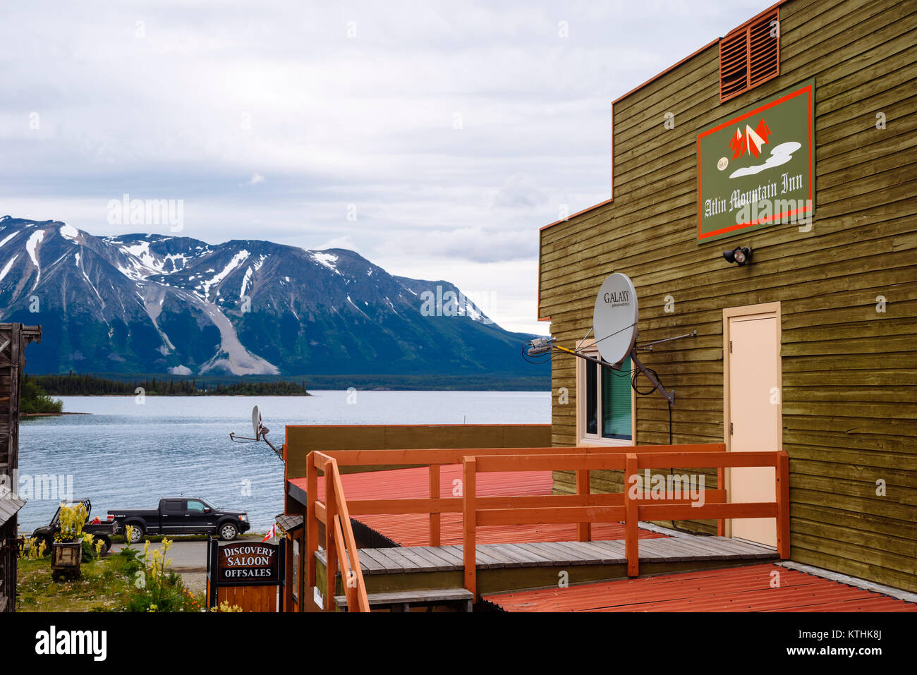Die Atlin Mountain Inn in dem kleinen, abgelegenen Stadt Atlin in British Columbia, Kanada Stockbild
