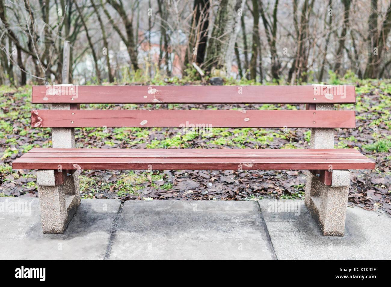 Alte Holzbank auf konkrete Beine in der Stadt Herbst Park Stockfoto ...