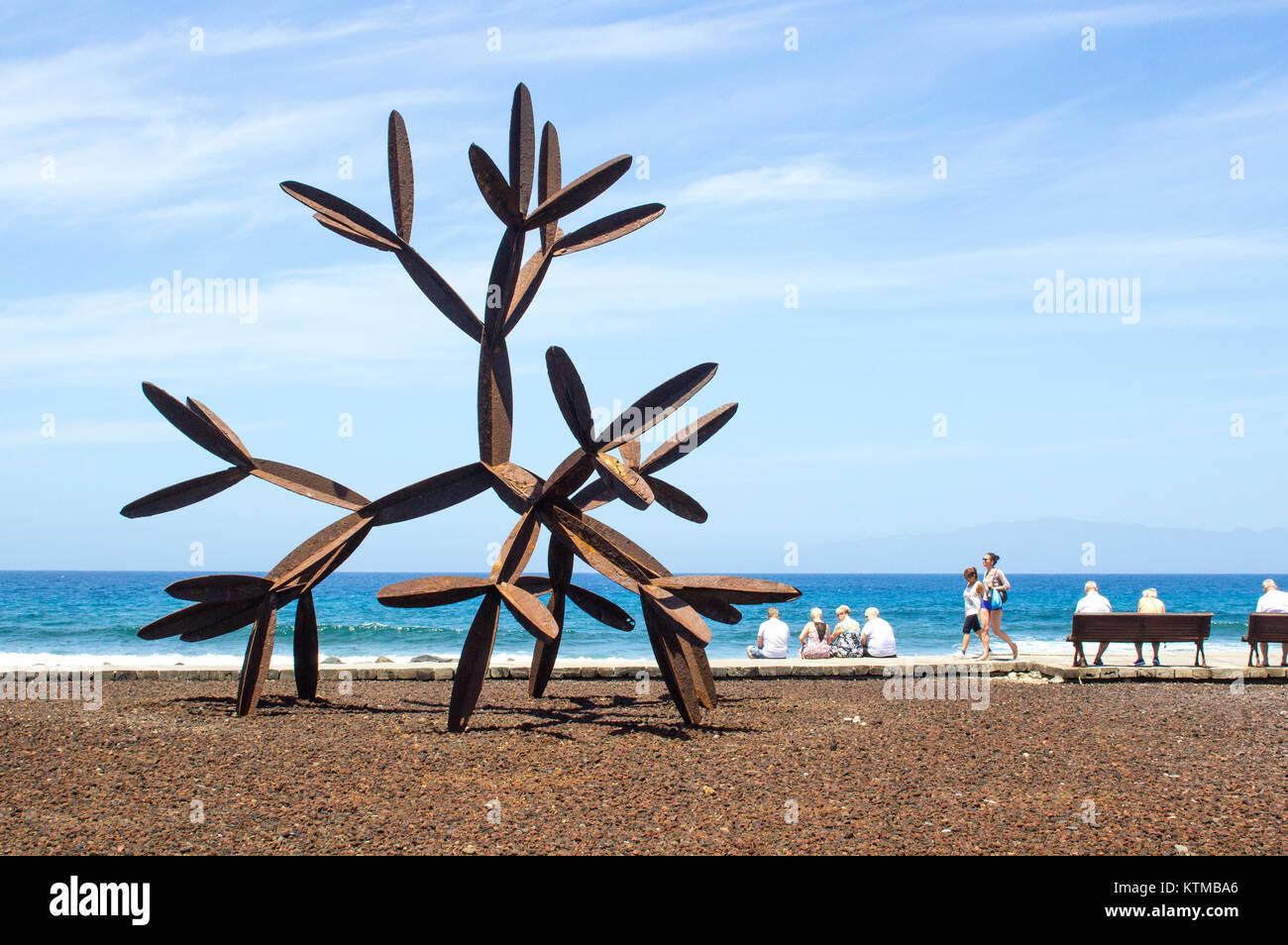 Touristen neben dem großen Stahl cactus Skulptur an der Promenade der Kanarischen Inseln Playa de las Americas TeneriffeStockfoto
