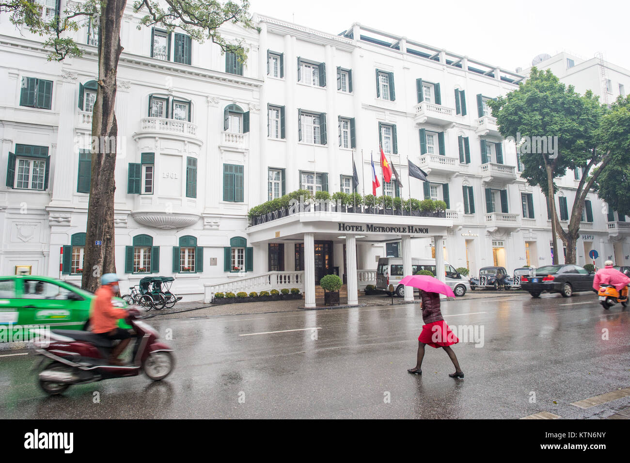 Metropole Hotel in Hanoi an einem regnerischen Tag im Februar. Dieses legendäre Hotel im französischen Stockbild