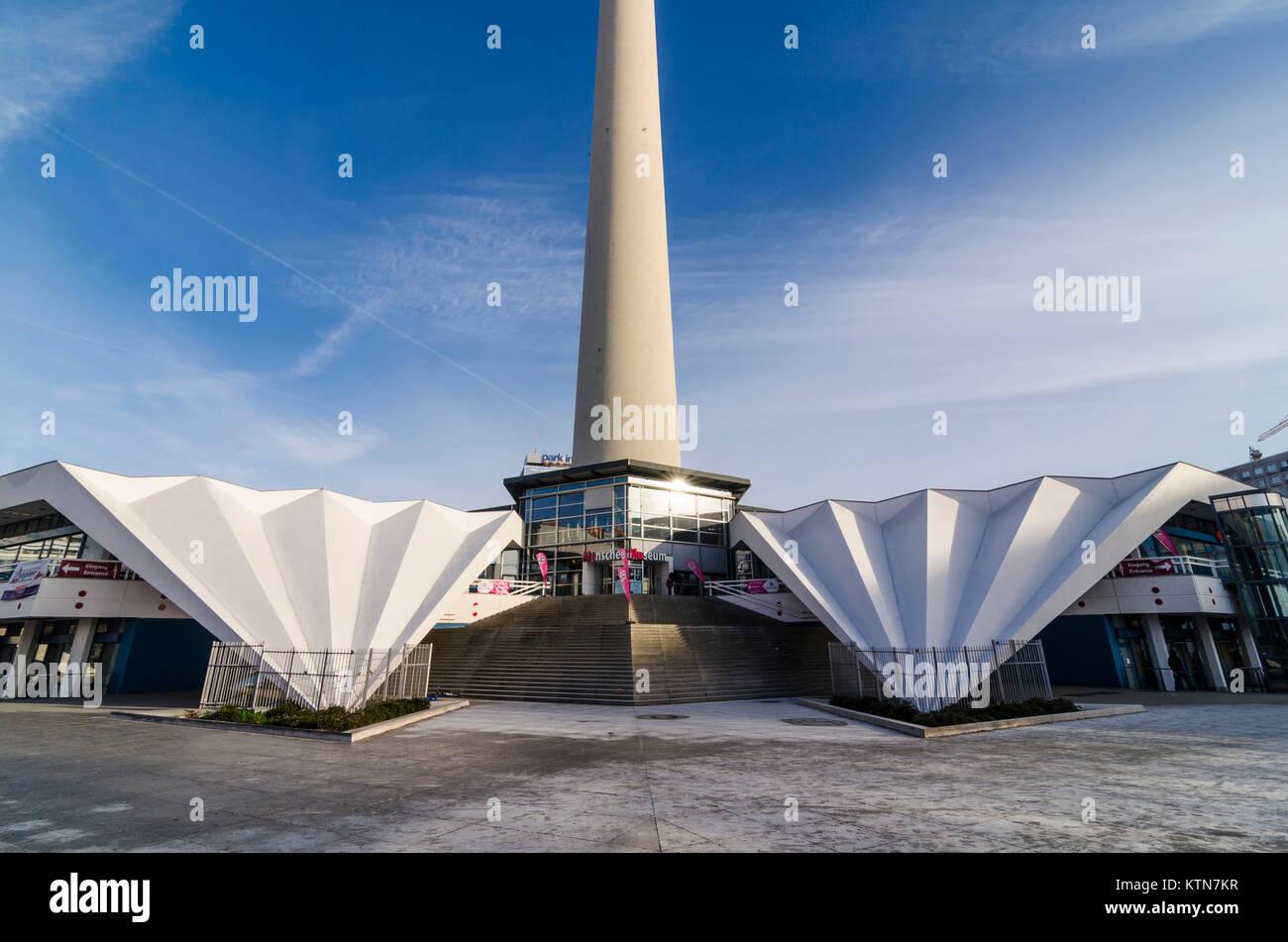 Konkrete Flügel an der Basis der Fernsehturm Pavillon von Walter Herzog und Heinz Aust, Panoramastrasse, Berlin, Stockfoto