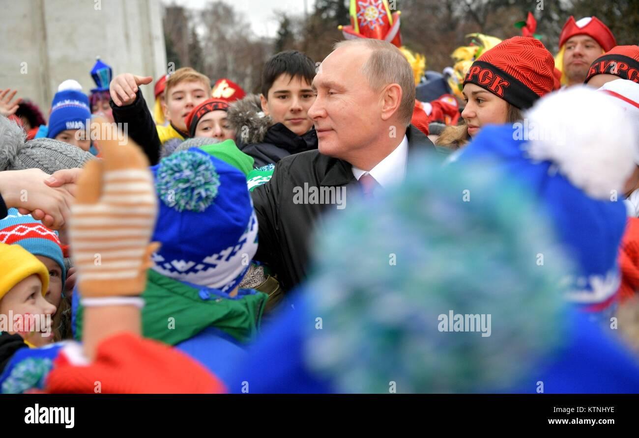 Der russische Präsident Wladimir Putin begrüßt Kinder für ein Neues ...