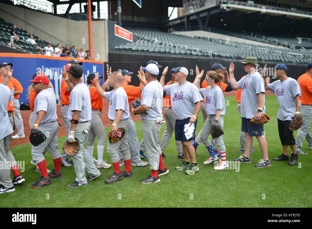 info for 0429d 8fa65 NEW YORK, NY-Tragen von New York Mets Trikots, Service für ...