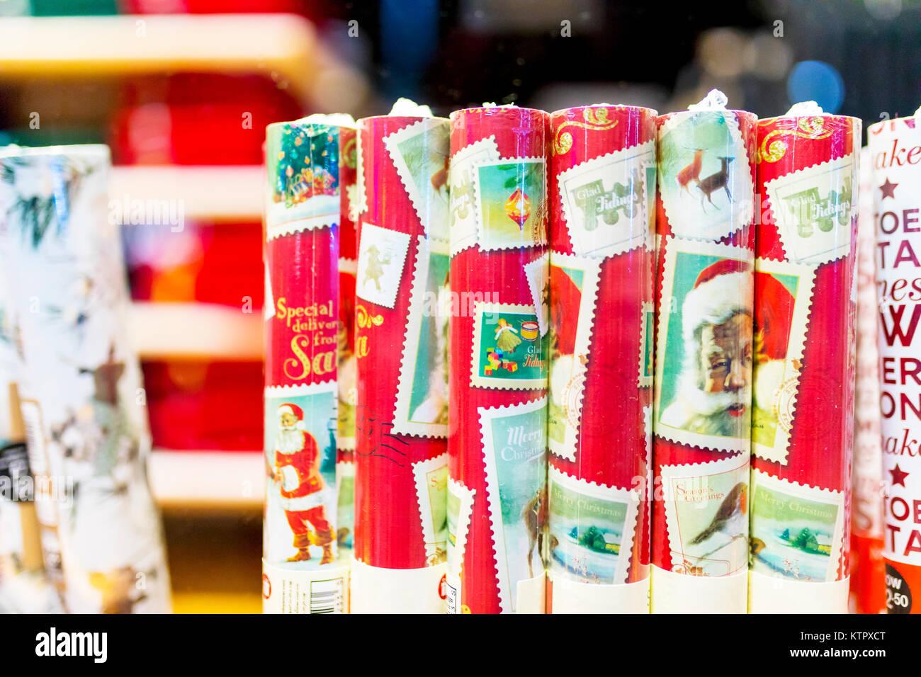 Walzen Der Traditionelle Weihnachten Geschenkpapier In Schrumpffolie