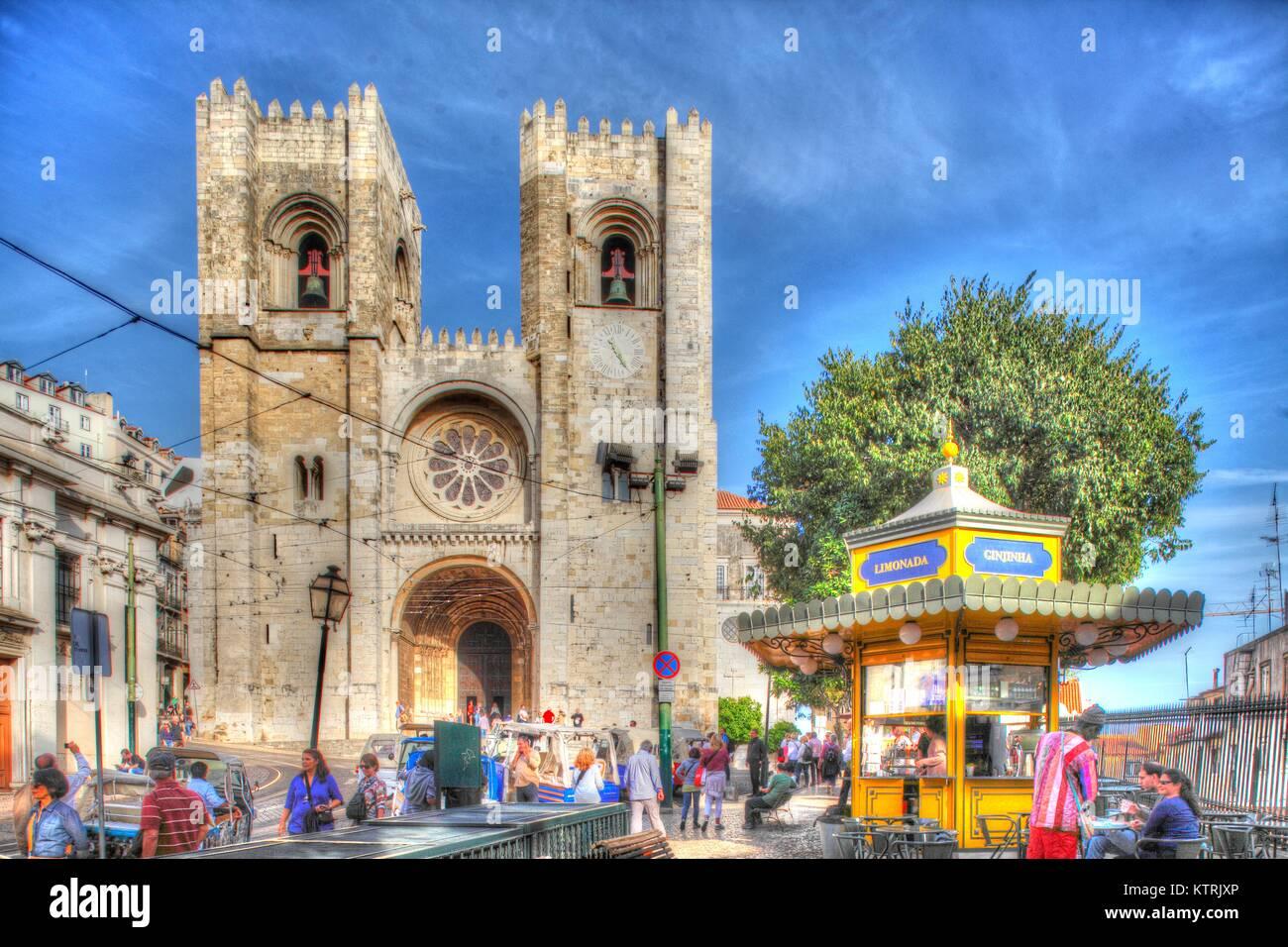 Kathedrale Se' in der Alfama, Lissabon, Portugal ich Kathedrale Se'mit alten Straßenbahnwagen, Alfama, Stockbild