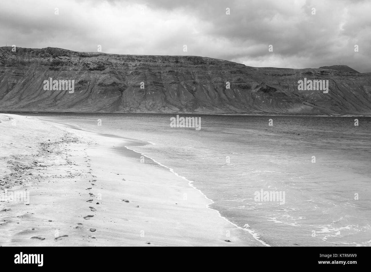 Blick auf Lanzarote vom Strand in Caleta de Sebo, La Graciosa, Chinijo Archipel, Kanarische Inseln, Spanien Stockbild
