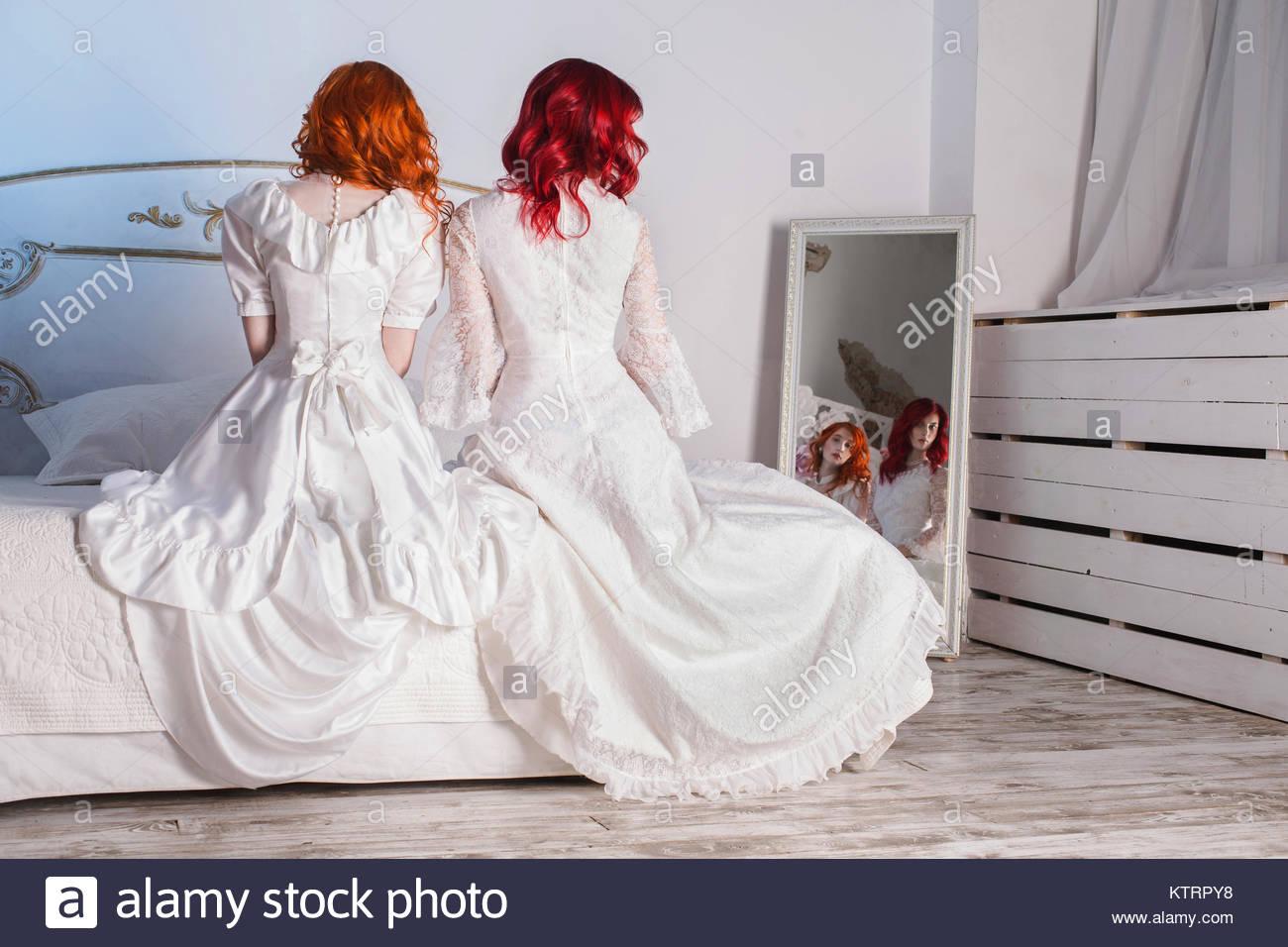 Zwei hübsche Mädchen mit roten Haaren in eine schöne weisse Hochzeit ...