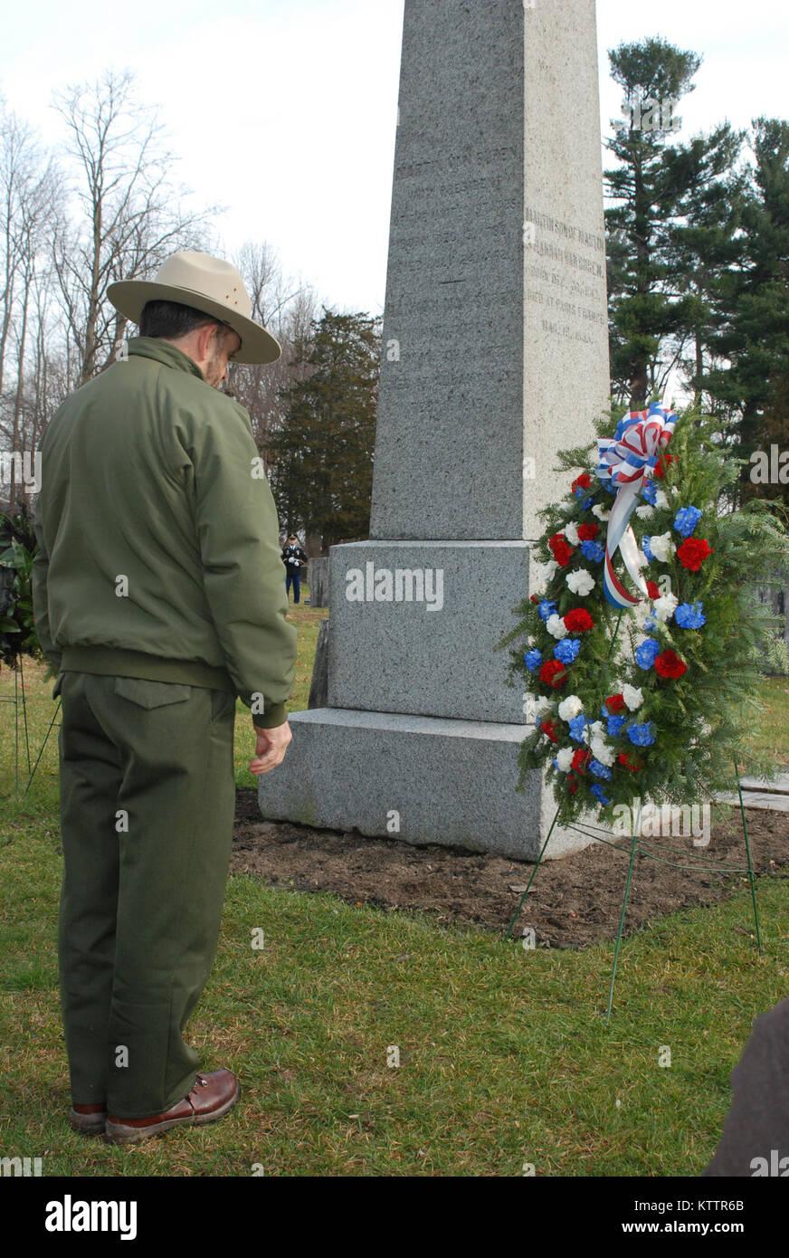 KINDERHIOOK, NEW YORK - eine National Park Service Ranger würdigt am Grab von Präsident Martin Van Buren Stockbild