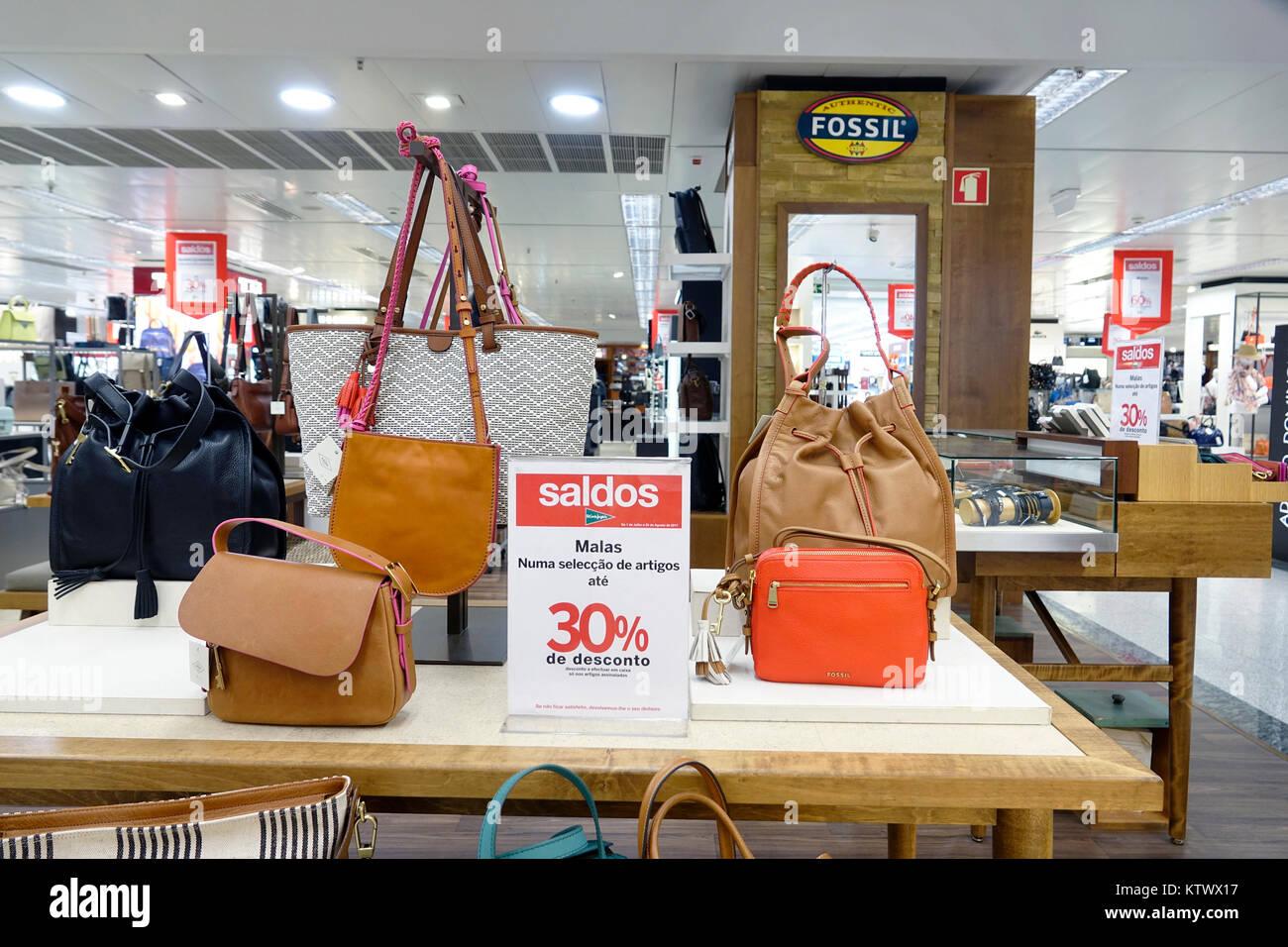 Lissabon Portugal El Corte Ingles der spanischen Kaufhaus einkaufen Frauen  Handtaschen designer Anzeige fossilen Stockbild 05e79c8a9b