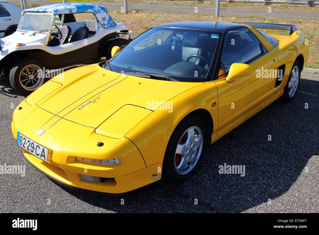 Eine gelbe Honda NSX-Sportwagen auf der Rennstrecke von Estoril in Portugal Stockbild