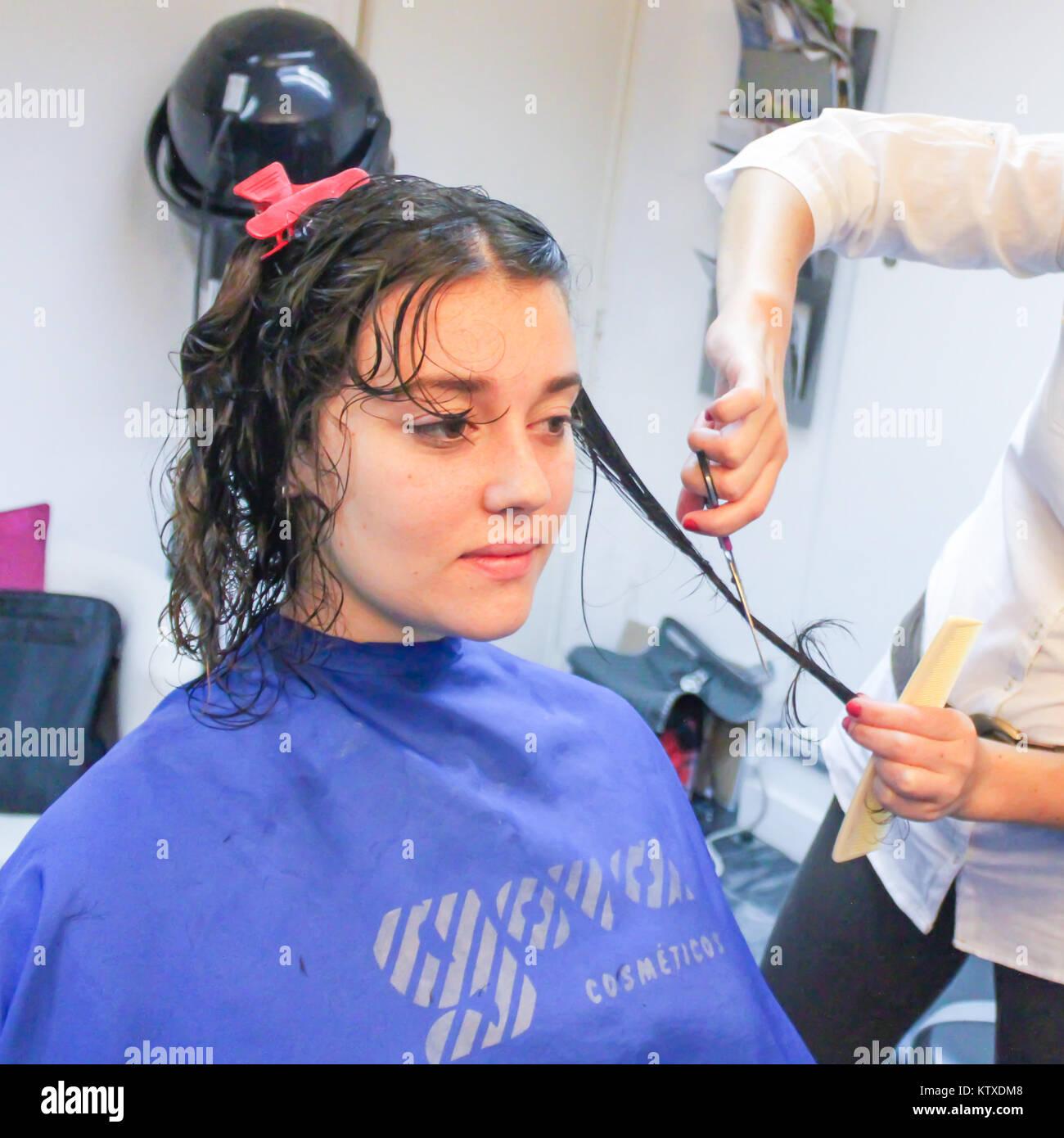 Junge Frau Mit Einem Haarschnitt Im Friseursalon Sitzen Sie Hat