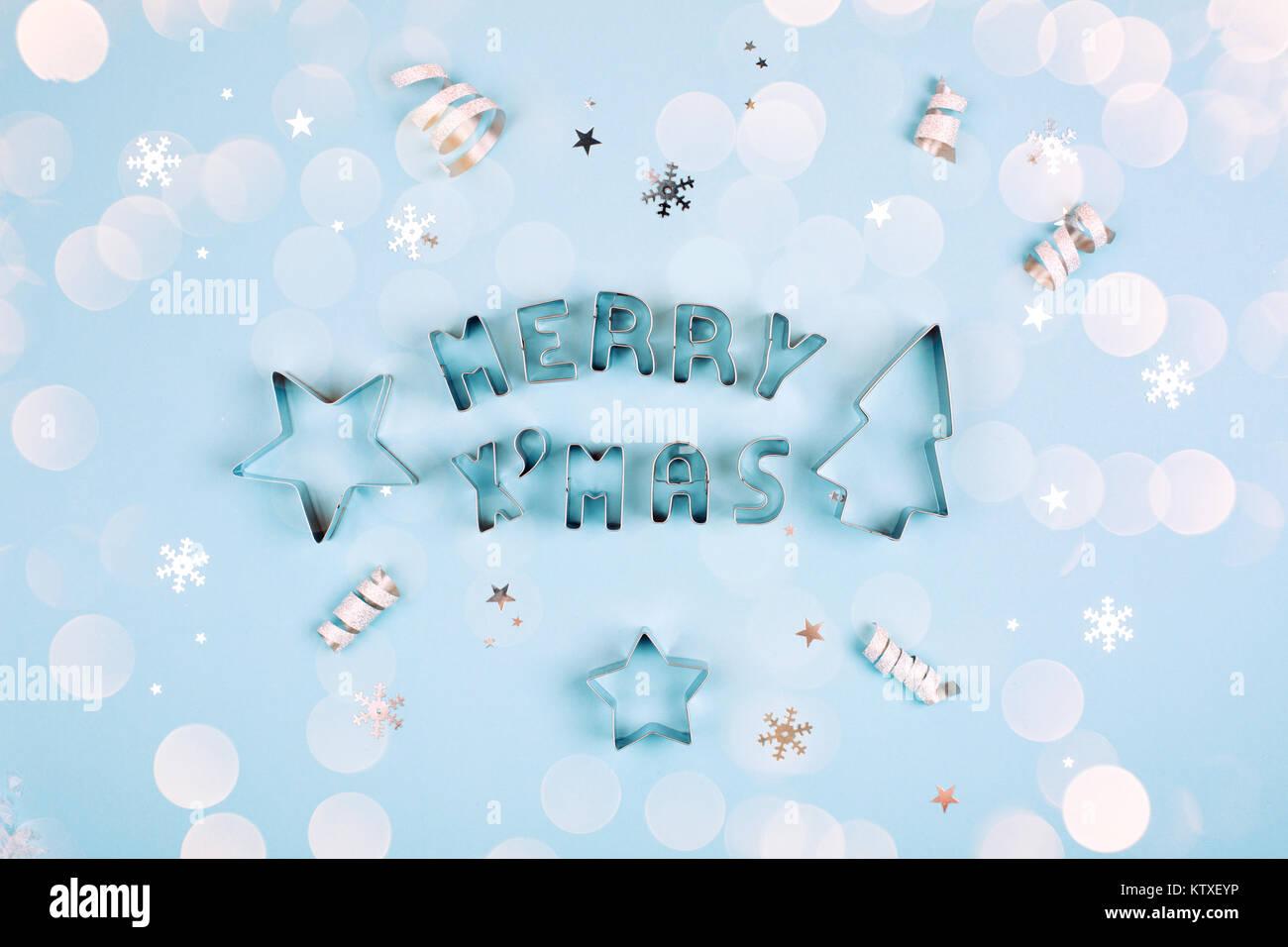 Frohe Weihnachten Text mit funkelt und Formen für Lebkuchen auf Blau ...
