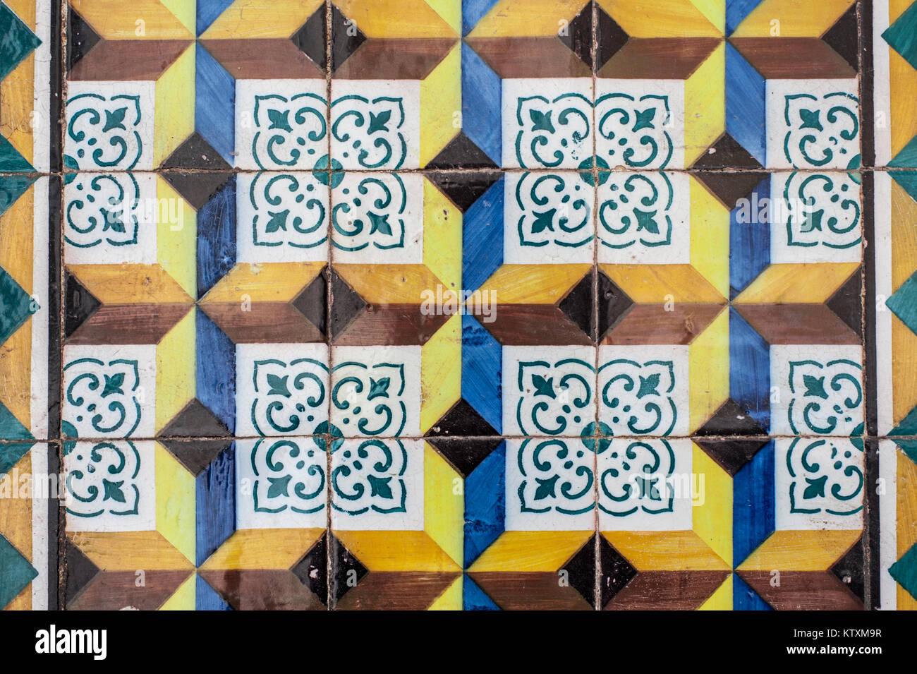 Bunte, Portugiesischen Azulejo Kacheln, Die Außenwände Eines Gebäudes In  Lissabon, Portugal, Dekorieren.