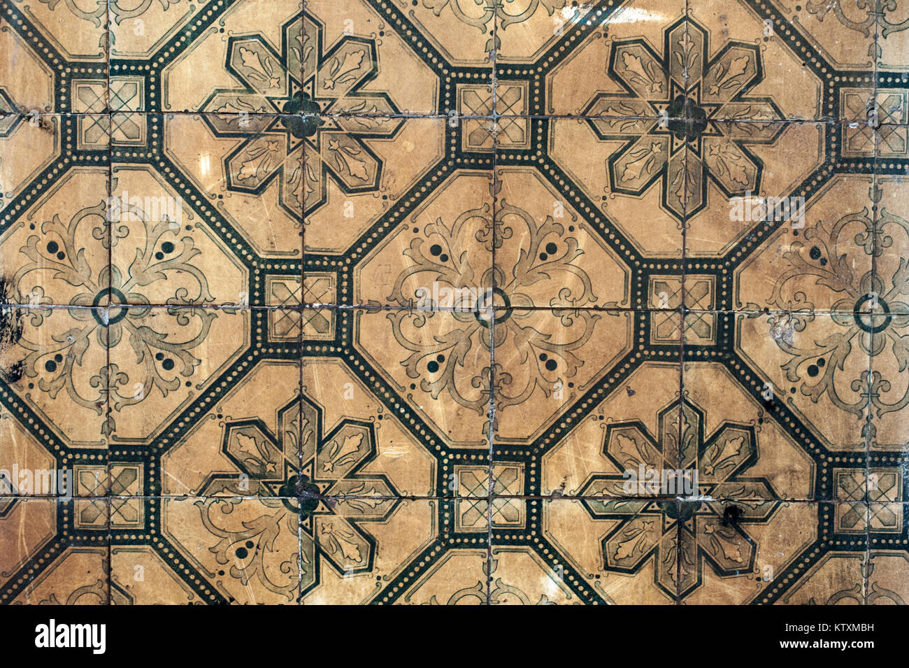 Alte, Verfärbt, Portugiesisch Azulejo Kacheln Mit Floralem Muster, Die  Außenwände Eines Gebäudes In Lissabon, Portugal, Dekorieren.