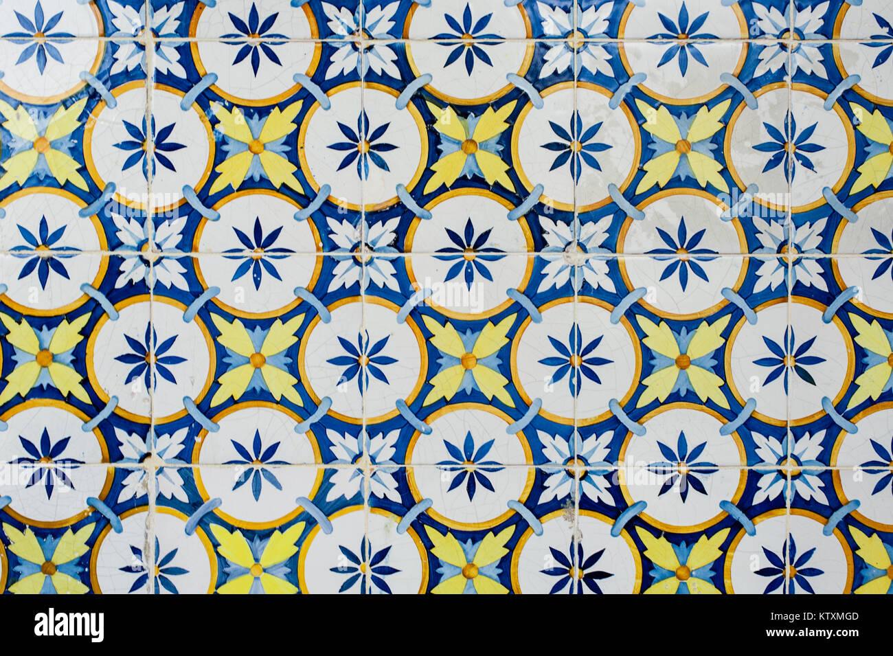 Portugiesische Azulejo Kacheln Mit Einer Kreisförmigen, Florales Muster,  Die Außenwände Eines Gebäudes In Lissabon, Portugal, Dekorieren.