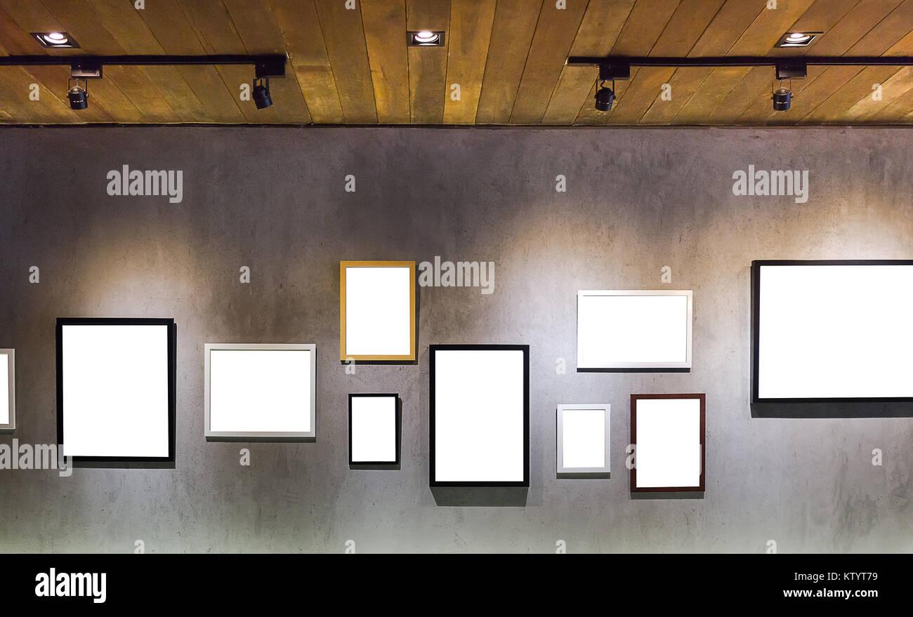 Leer leer Bilderrahmen hängen an ceent Wand mit Licht aus Holz Dach ...