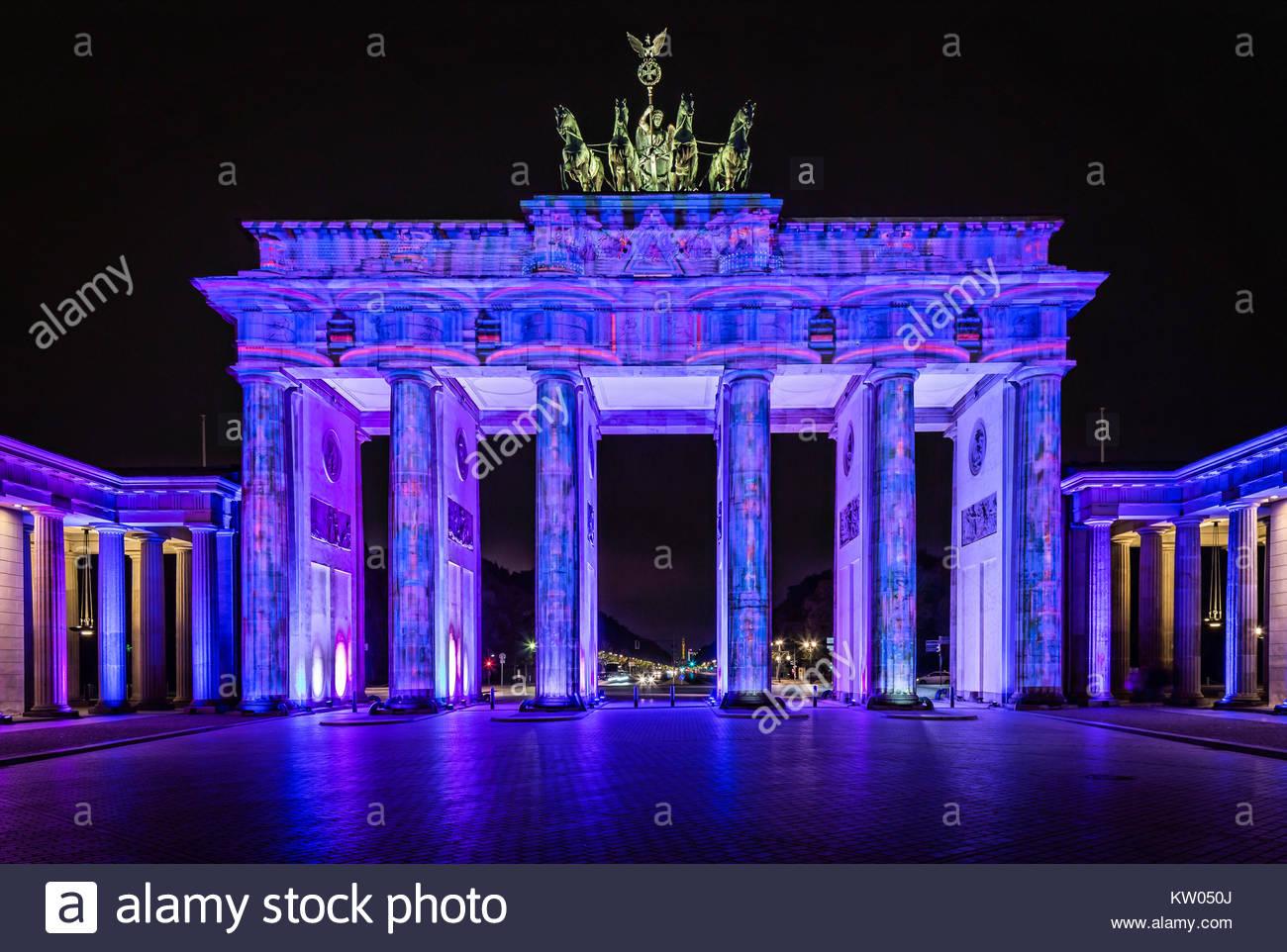 Berlin, das Brandenburger Tor beim Lichterfest 2016 illuminiert in farbenprächtigen Dekor. Seit 2015 gibt es Stockbild