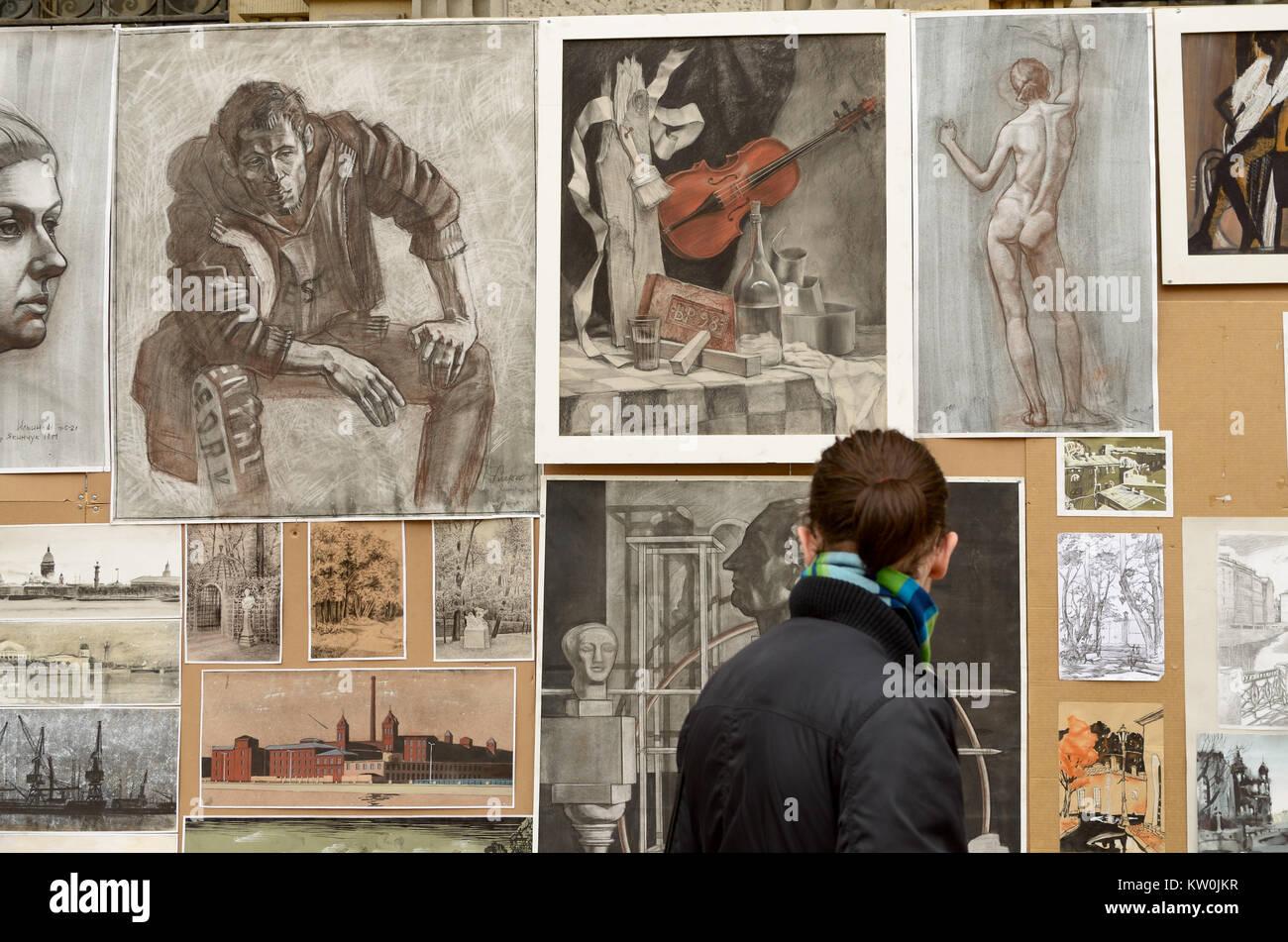27.05.2017. Russland. Sankt-petersburg. Ausstellung von Werken junger Künstler. Passanten das Bild zu schätzen Stockbild