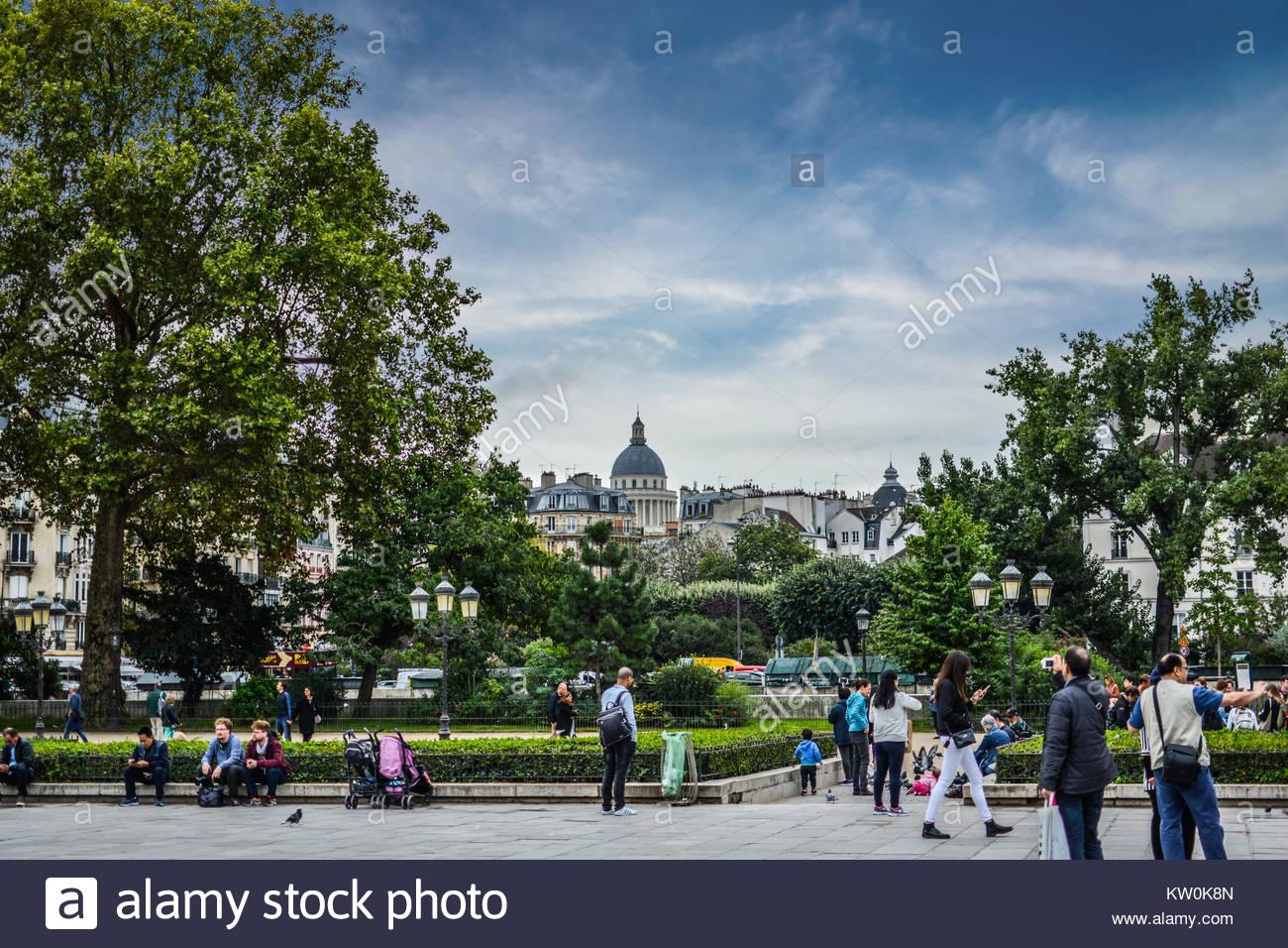 Touristen und Einheimische sammeln am Jean-Paul II außerhalb der Kathedrale Notre Dame auf der Ile de la Cite Stockbild
