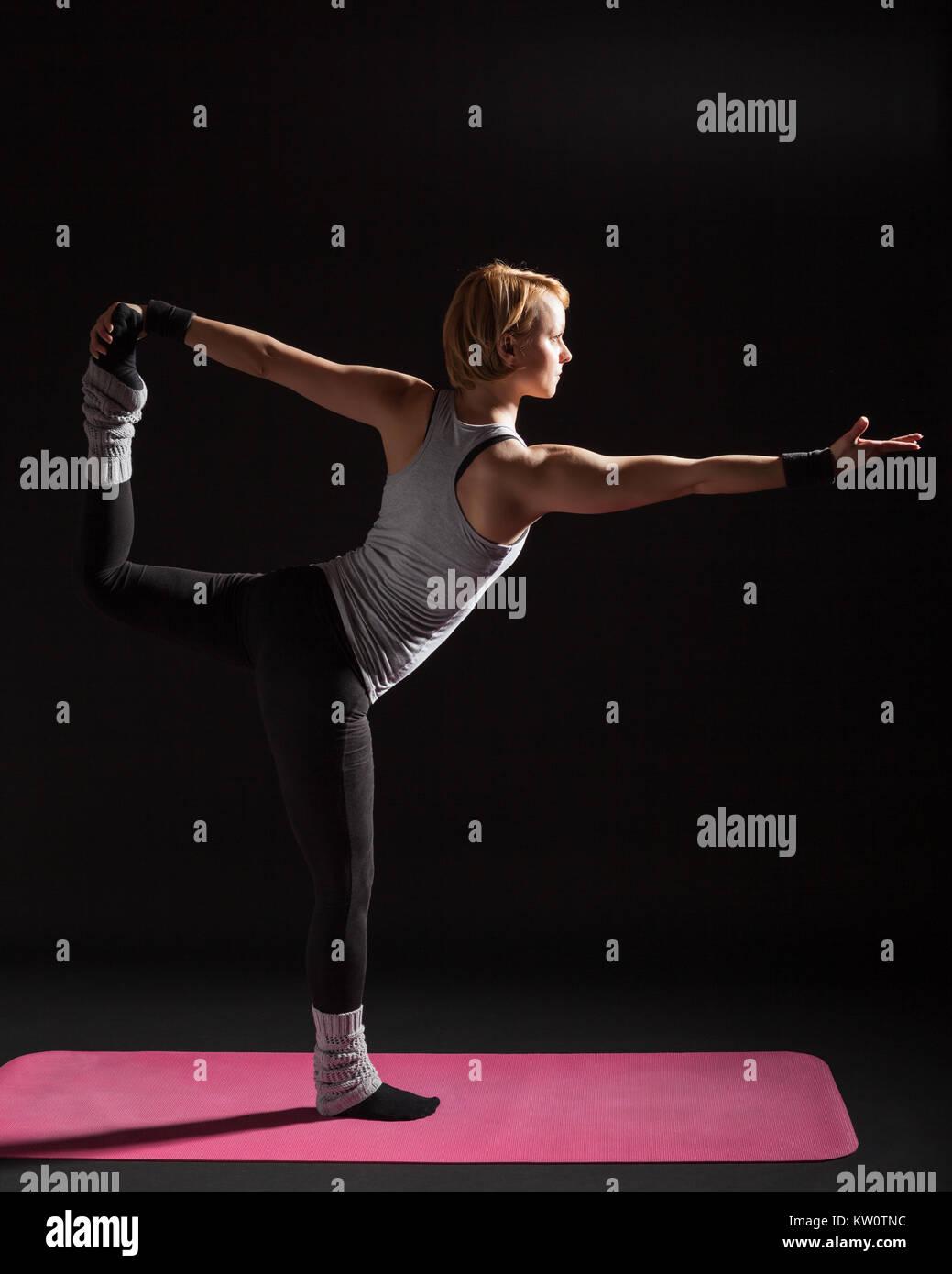 Junge Frau Üben Yoga, Natarajasana/Shiva Körperhaltung darstellen Stockfoto