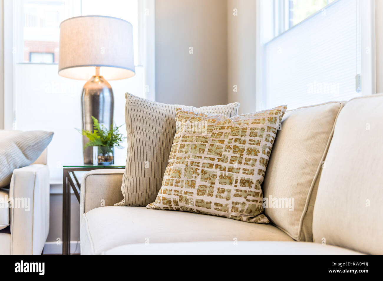 Nahaufnahme von zwei kissen auf der couch oder sofa von hellen