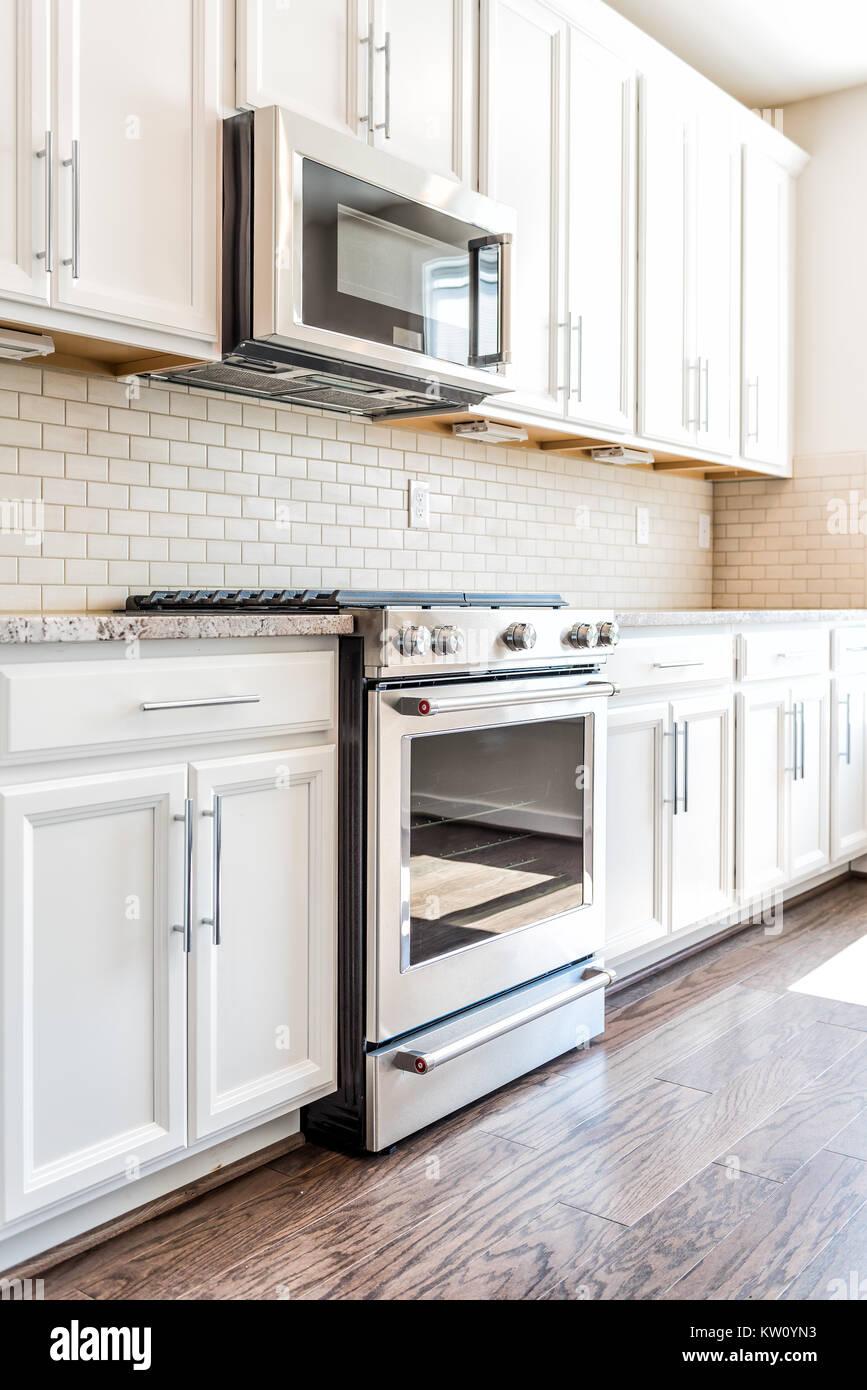 Moderne grau, braun neutral Küche verfügt über vordere Schränke mit ...
