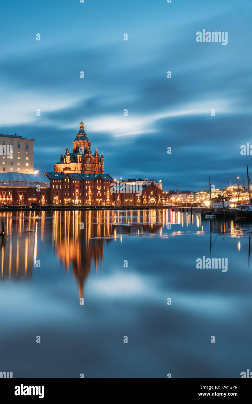 Helsinki, Finnland. Blick auf Kanavaranta Straße mit der Uspenski-kathedrale in Abend Nacht Illuminationen. Stockbild