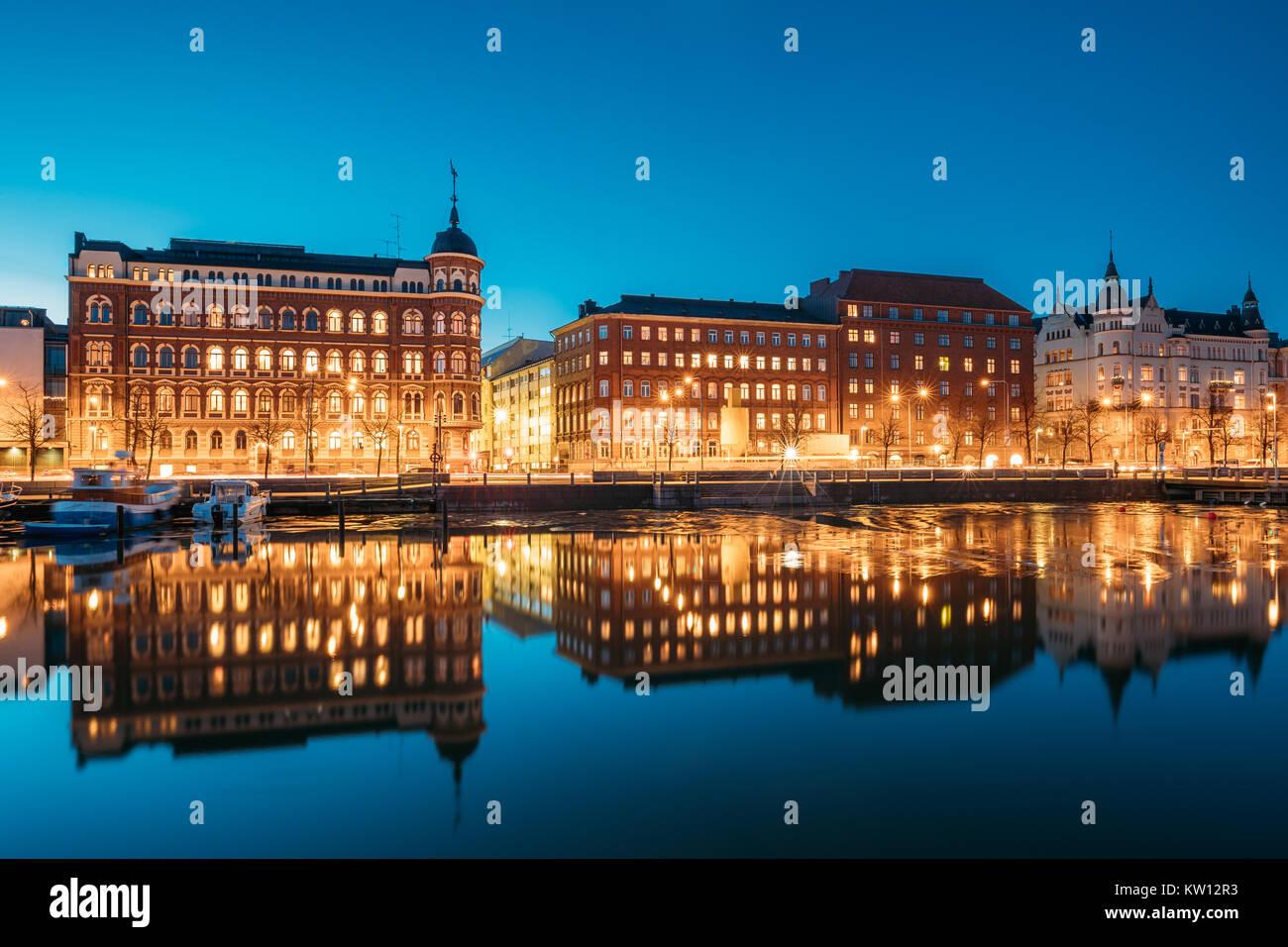 Helsinki, Finnland. Blick auf Pohjoisranta Straße am Abend oder in der Nacht die Beleuchtung. Stockbild