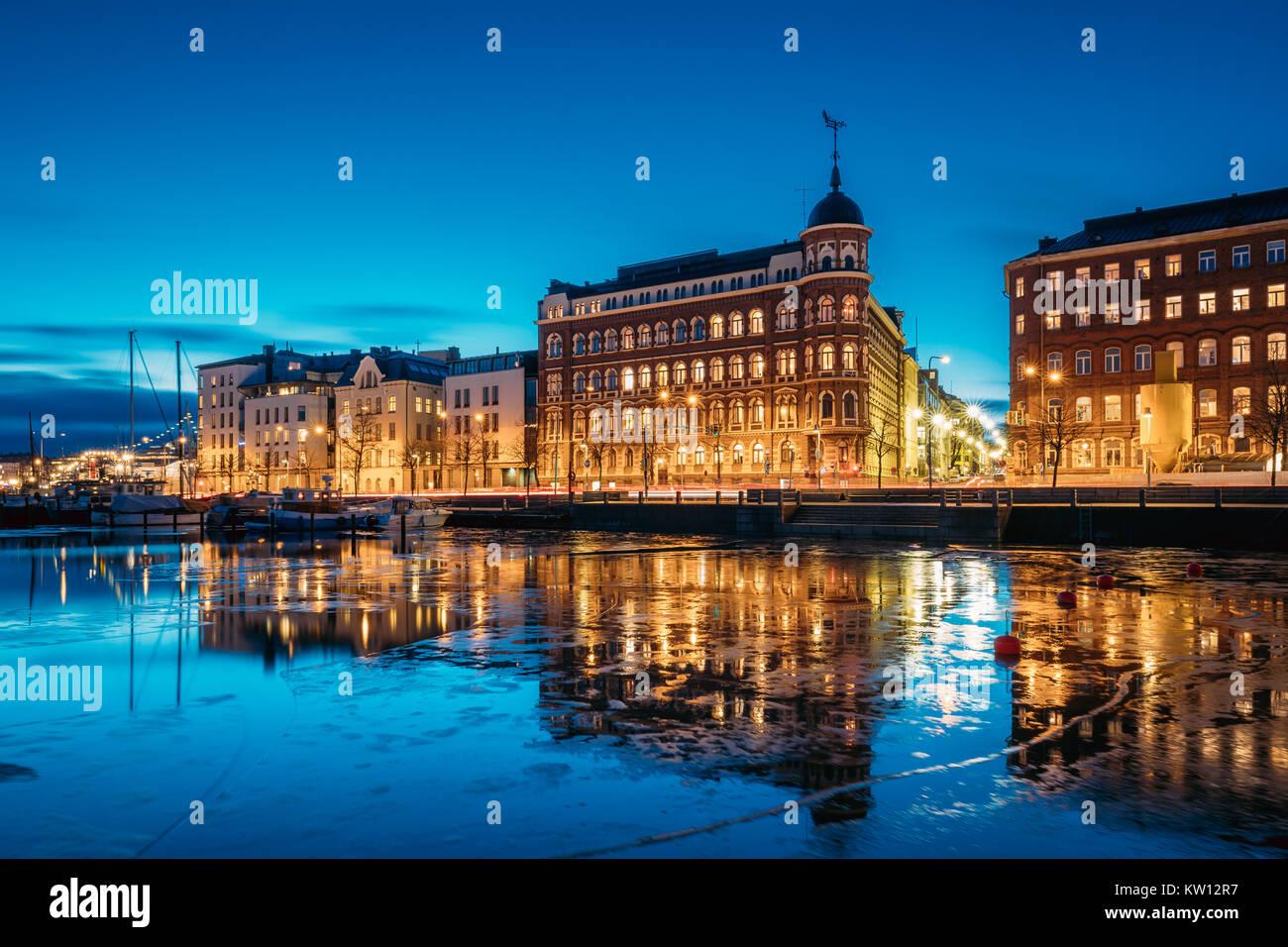Helsinki, Finnland. Blick auf Pohjoisranta Straße am Abend oder in der Nacht die Beleuchtung. Stockfoto