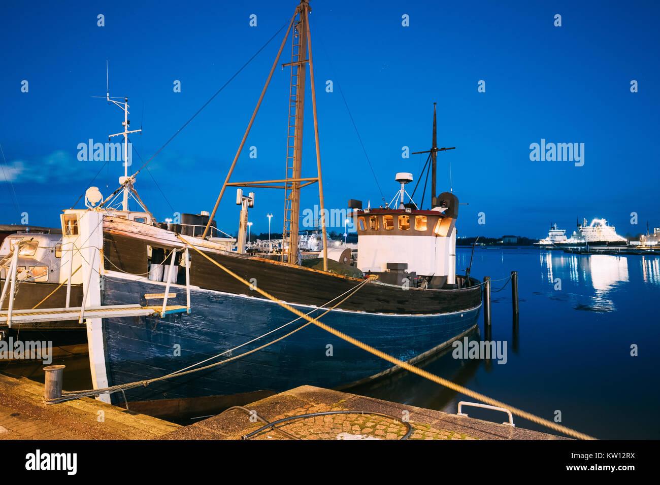 Helsinki, Finnland. Ansicht der Fischerei Marine Boot, Motorboot am Pier in Abend Nacht Illuminationen. Stockbild