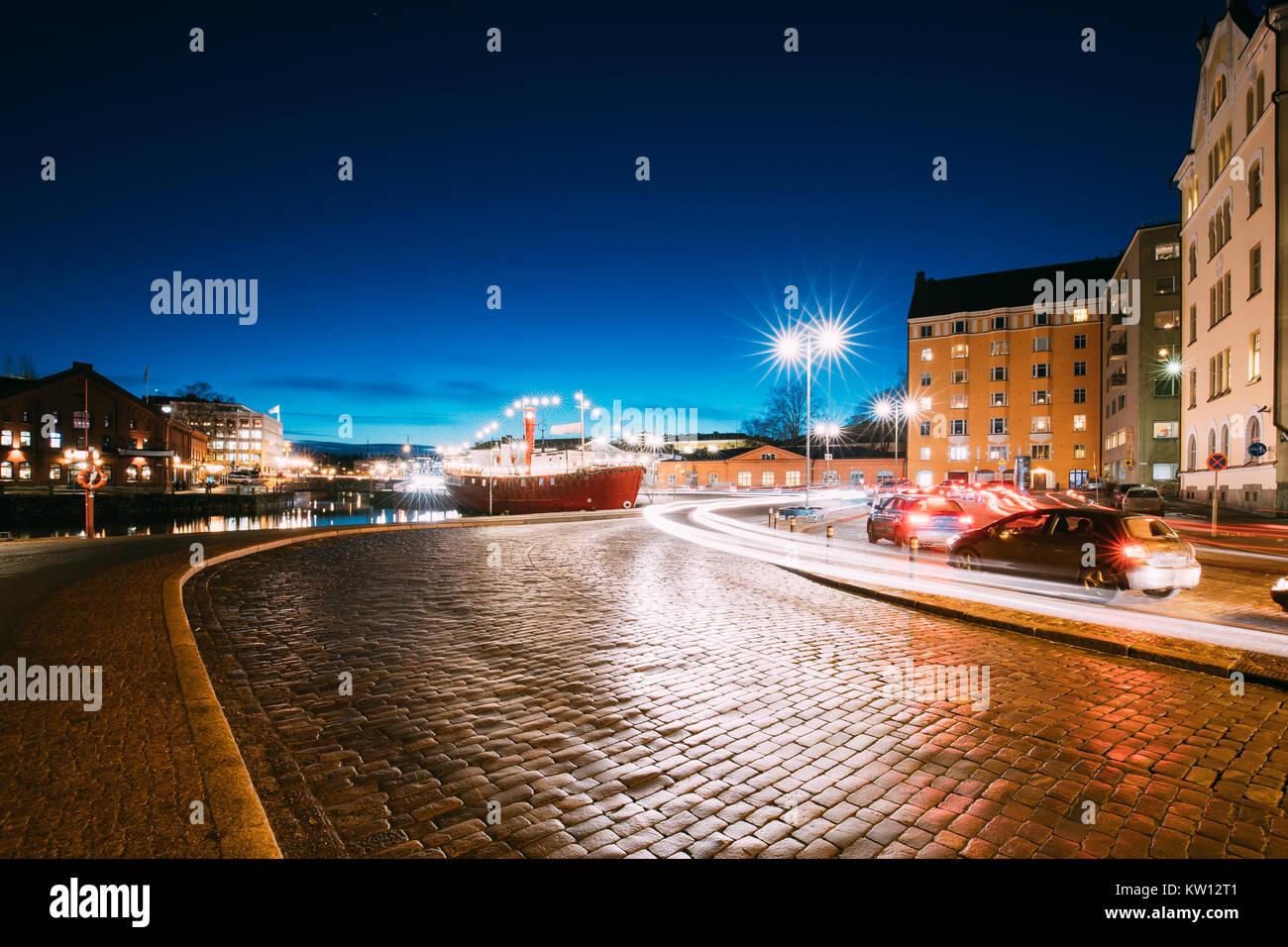 Helsinki, Finnland. Nacht Verkehr in Pohjoisranta Straße am Abend oder in der Nacht die Beleuchtung. Stockbild