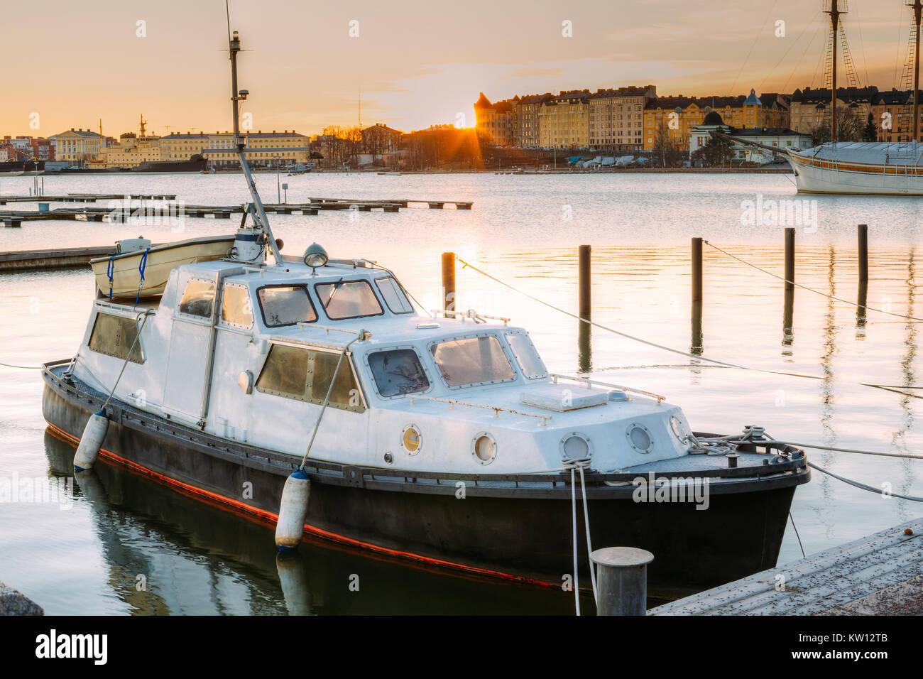 Helsinki, Finnland. Marine Boot, Motorboot vertäut an Liegeplätzen in den Sonnenaufgang im Winter morgens. Stockbild
