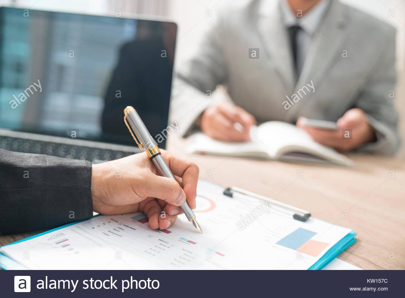 Um den Job Interview Business Leute sprechen in modernen Büro. Schließen Sie den Traumjob. Stockbild