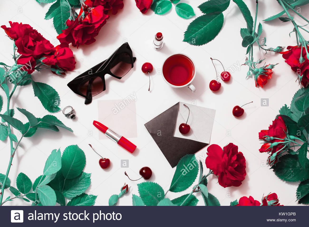 Rahmen der Roten wunderschöne Rosen mit grünen Blättern, lady ...