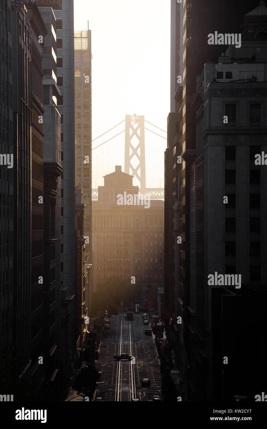 Klassische Ansicht der historischen California Street mit berühmten Oakland Bay Bridge in der ersten goldenen Stockbild