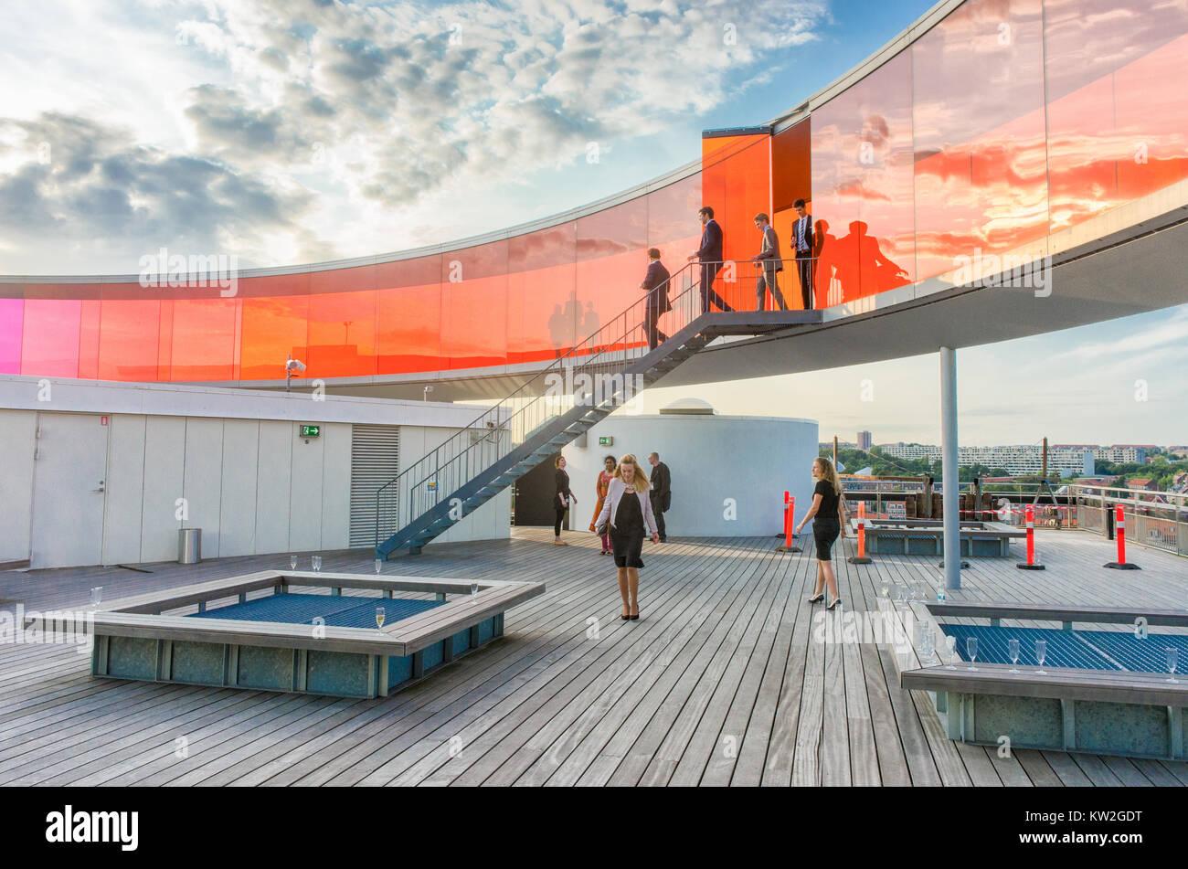 Die Teilnehmer der Konferenz mischen sich unter dem Regenbogen panorama auf dem Dach von Kunstmuseum Aros. Das Museum Stockbild