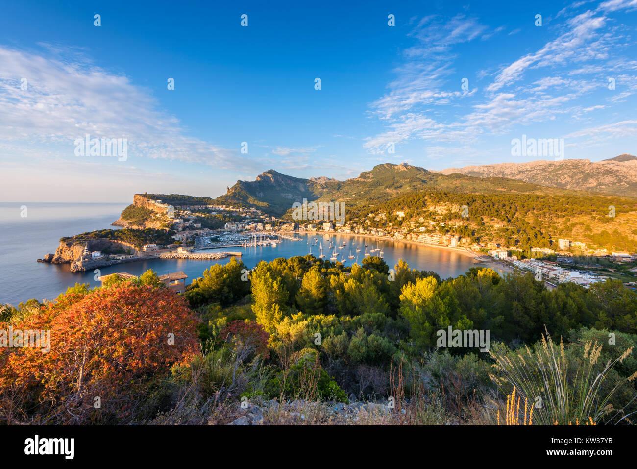 Hohe Betrachtungswinkel auf Port de Soller Mallorca Spanien bei Sonnenuntergang Stockbild