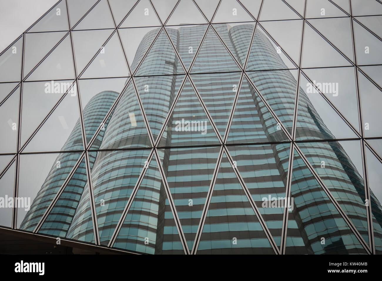 Reflexion von Office Tower auf einem Glas Bürogebäude Stockbild