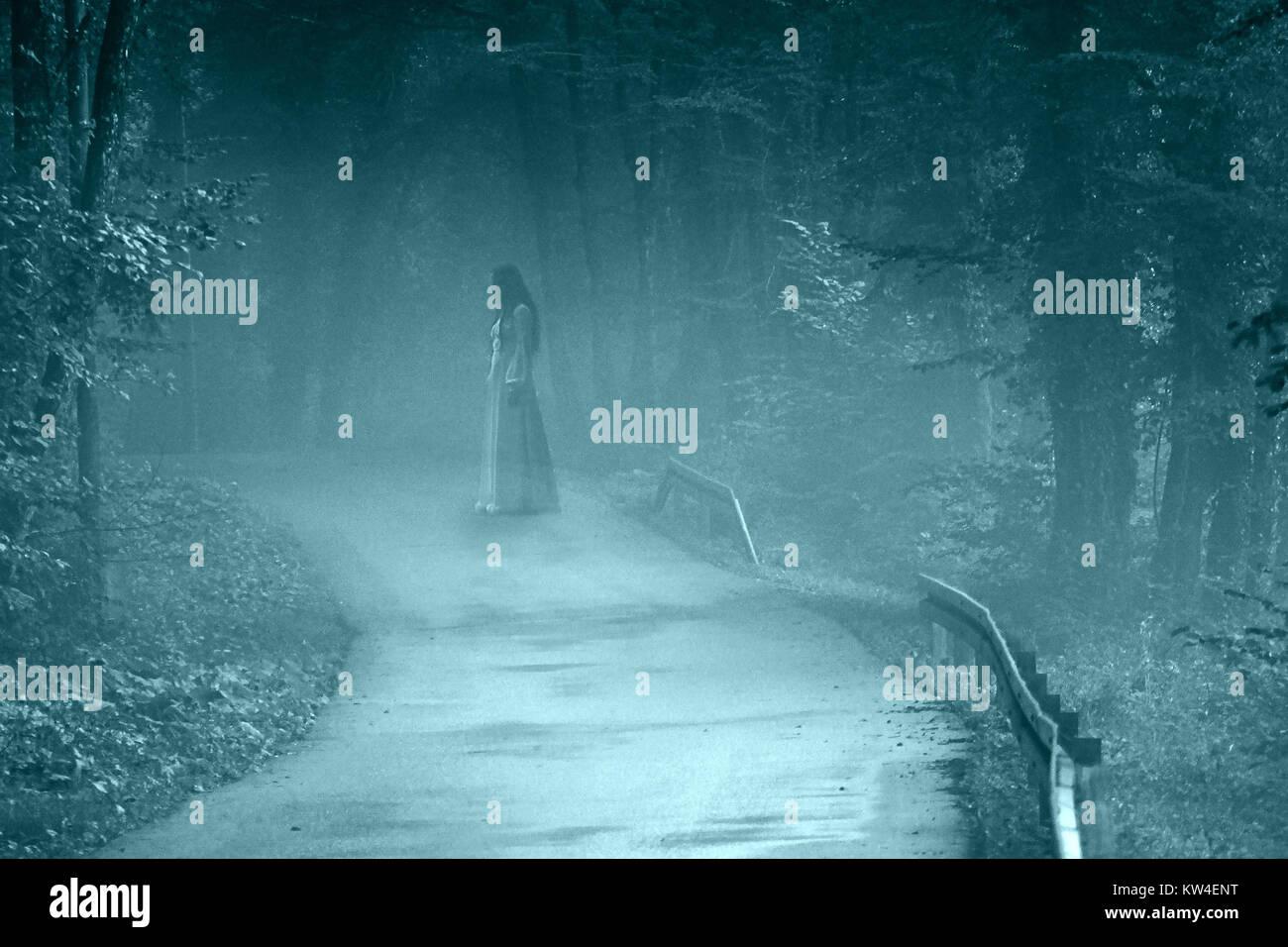 Geheimnisvolle Frau Ghost in weißem Kleid in der nebligen Wald Straße, vintage Noise Filter Stockbild
