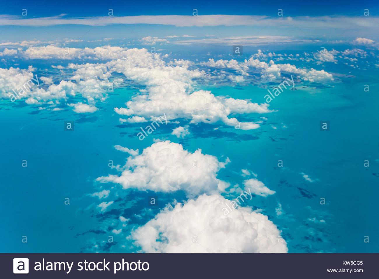 Eine Luftaufnahme über den Wolken über das türkisfarbene Wasser des Karibischen Meeres, in der Nähe Stockbild
