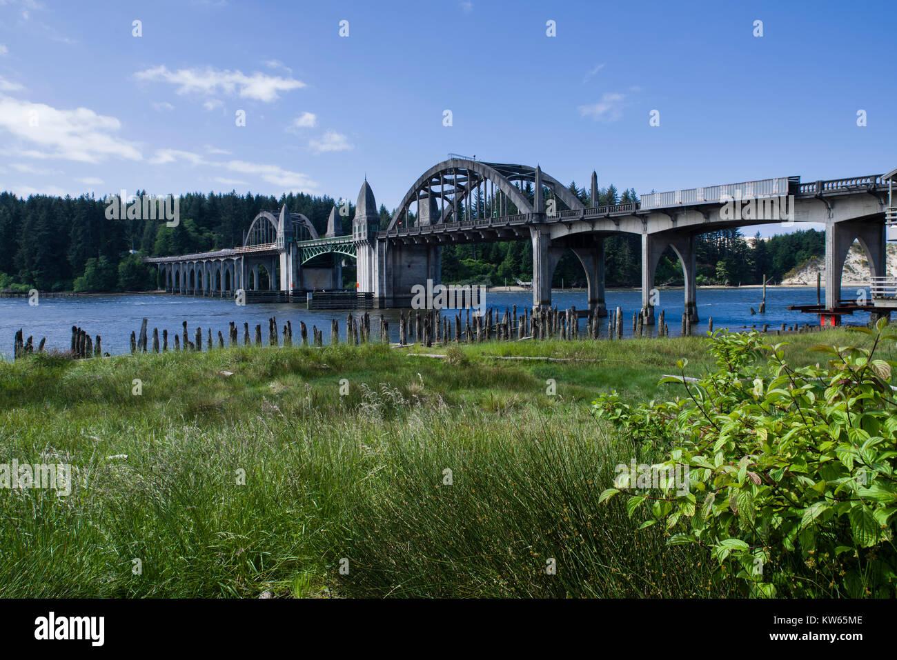 Die siuslaw River Bridge in Florenz, Oregon, USA wurde 1934 bis 1936 gebaut und kreuzt die Siuslaw River Stockbild