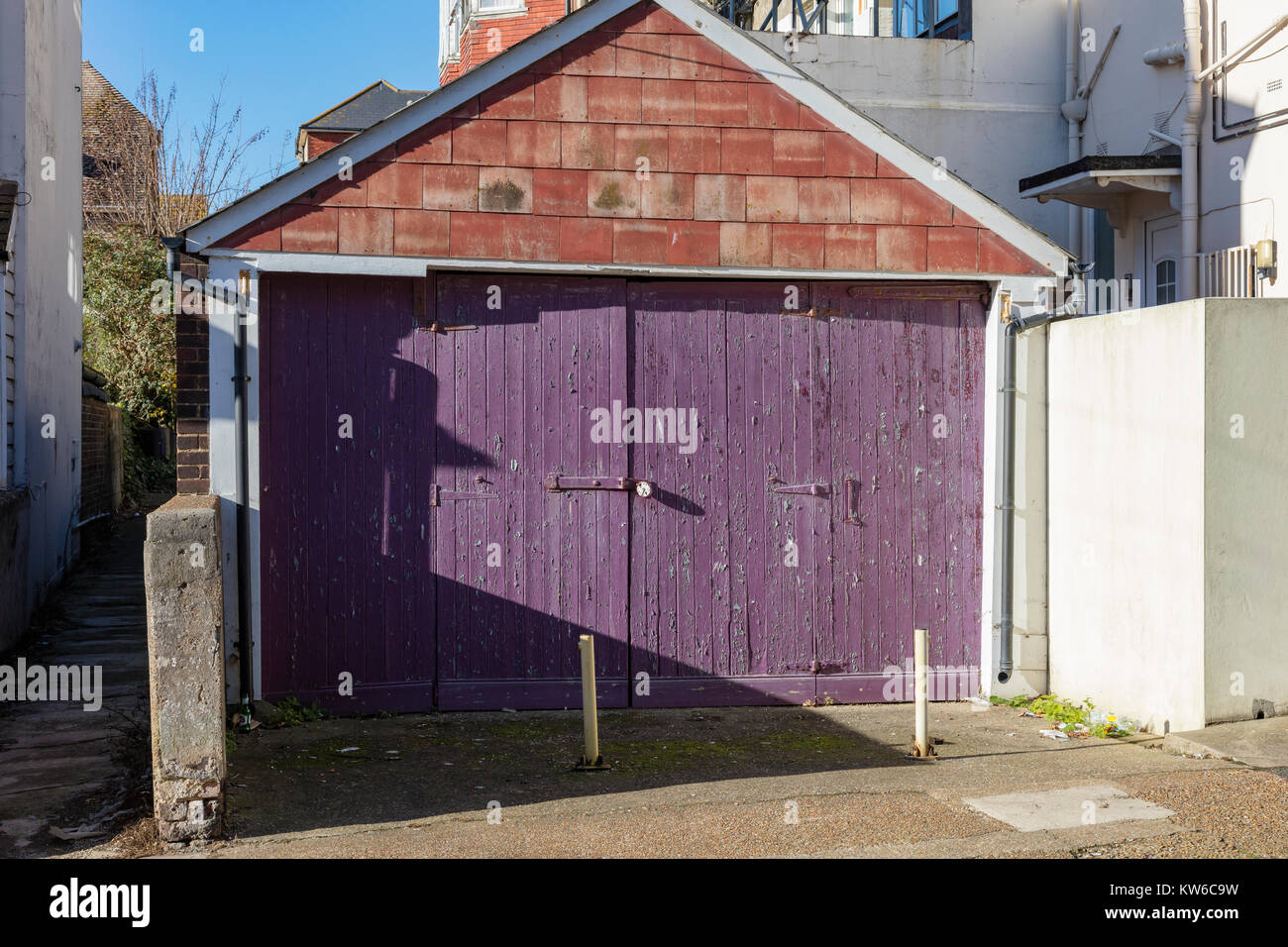 Holz Garagentor Mit Peeling Violette Farbe In Bexhill On Sea, East Sussex,  Großbritannien