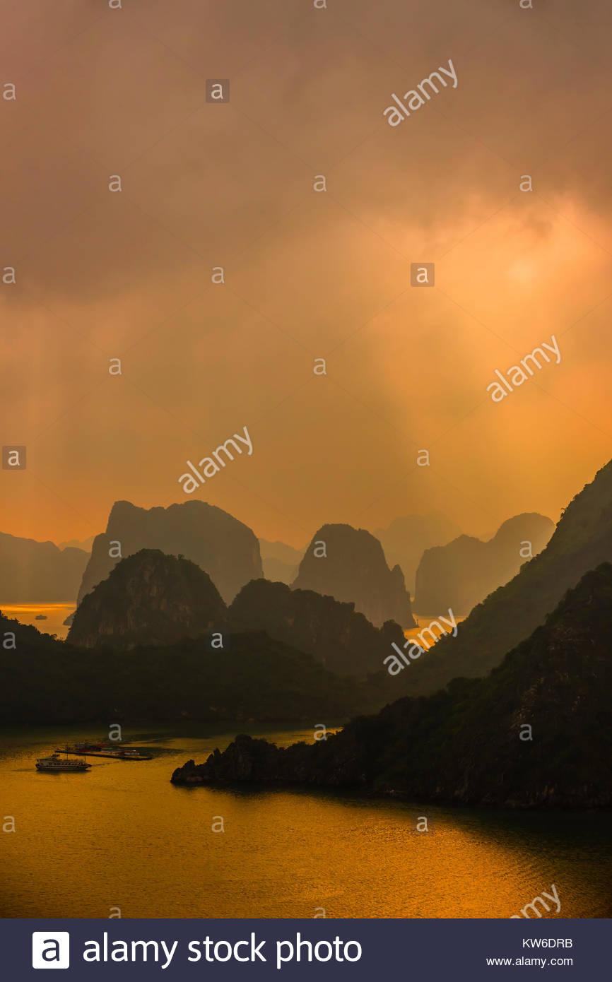 Hohe Betrachtungswinkel der Halong Bucht von Ti Top Island, North Vietnam. Die Bucht verfügt über 3.000 Stockbild
